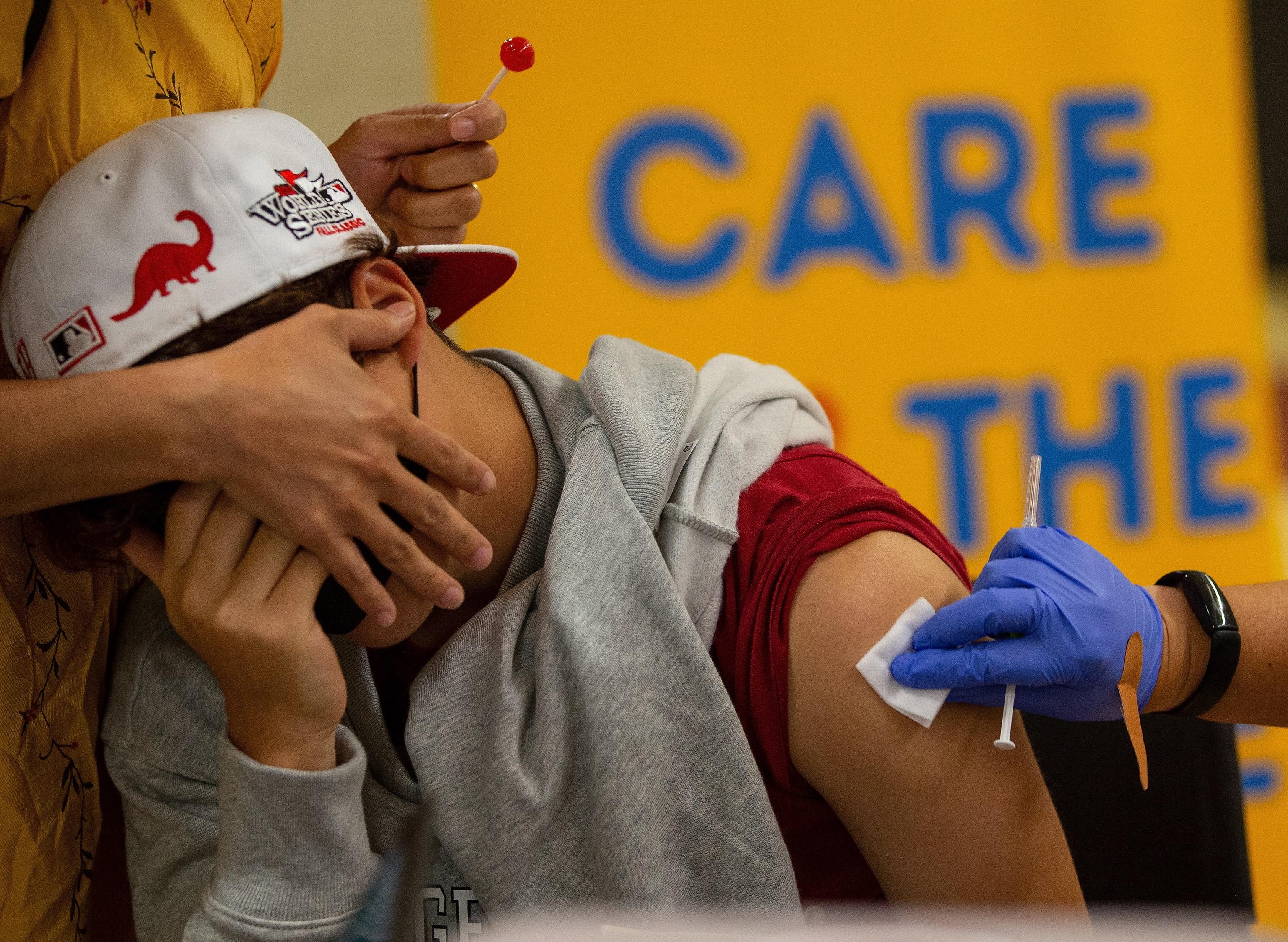 Un menor recibe una dosis de Pfizer-BioNTech en la escuela Everett High en el estado de Massachusetts..