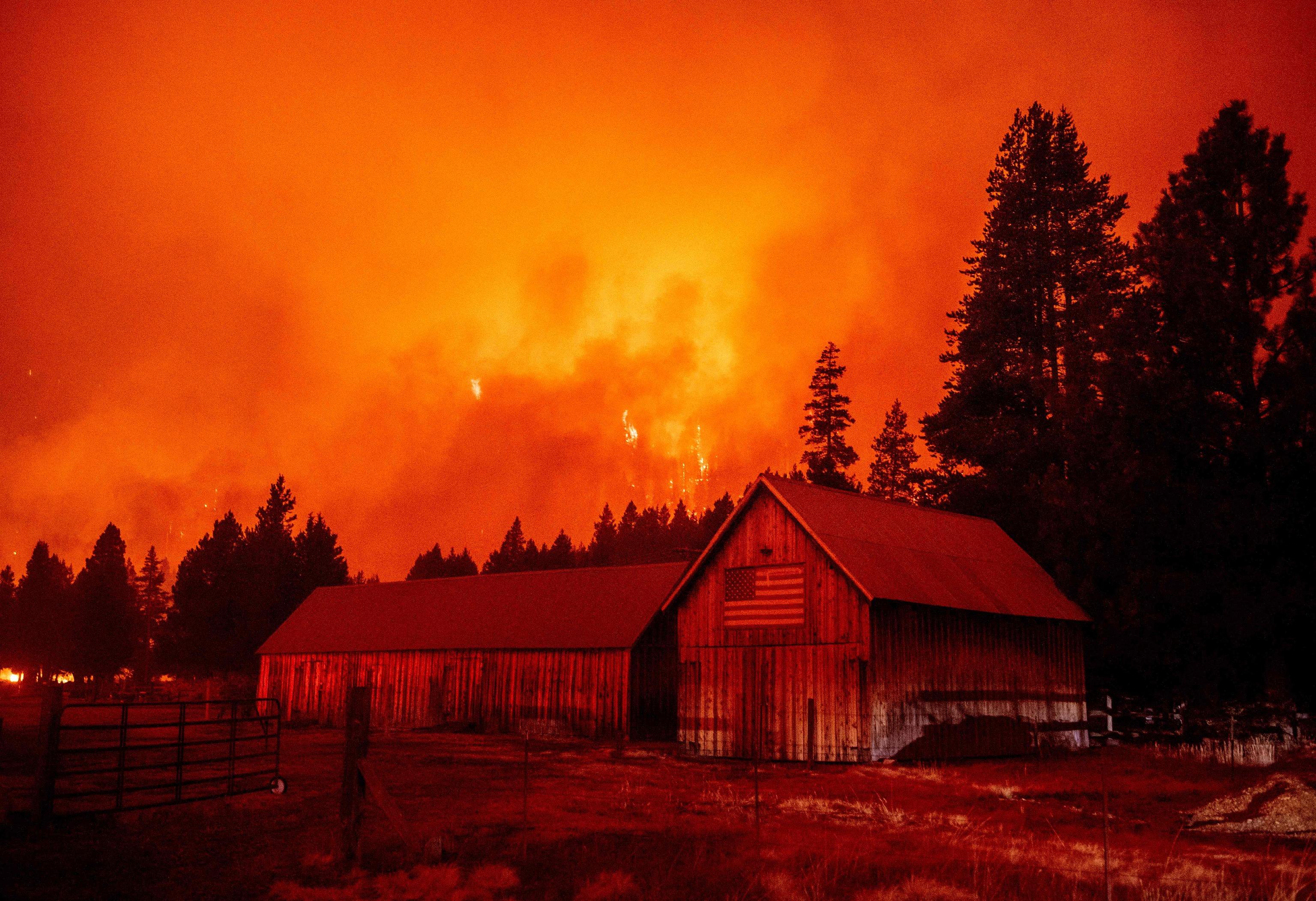 El fuego del Caldor arrasa varias casas en California.