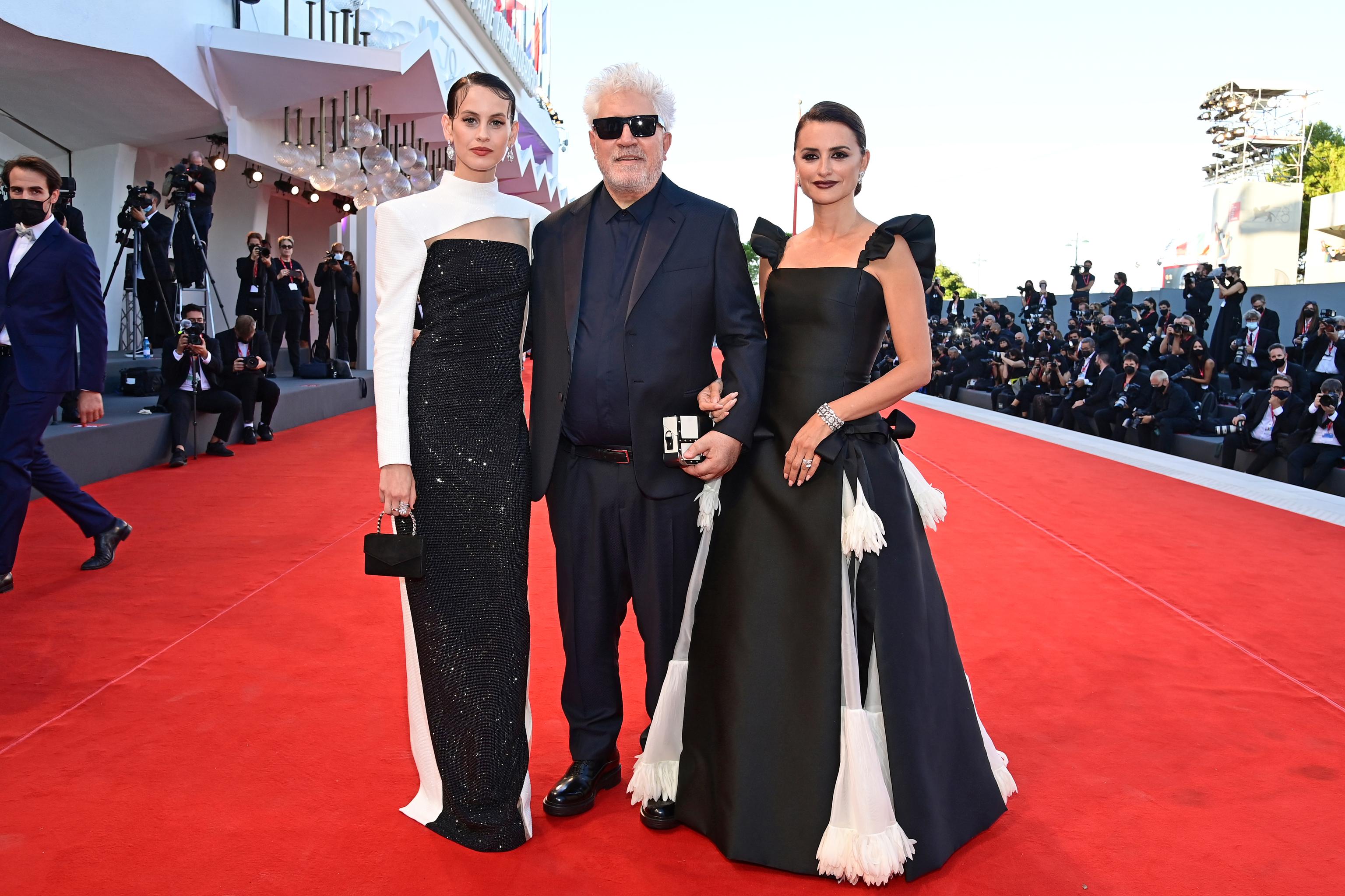 Milena Smit, Almodóvar y Penélope Cruz, hoy en Venecia.