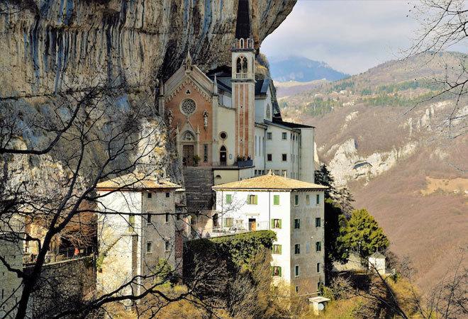 Madonna della Corona es un importante lugar de peregrinación.