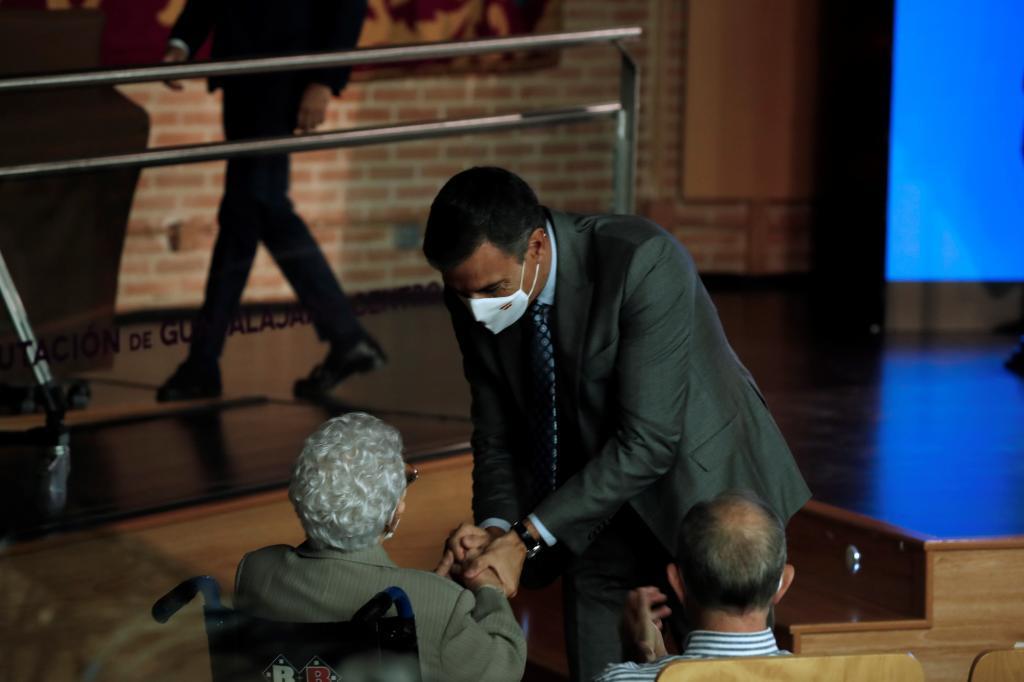 Pedro Sánchez saluda a Araceli Hidalgo, la primera vacunada.