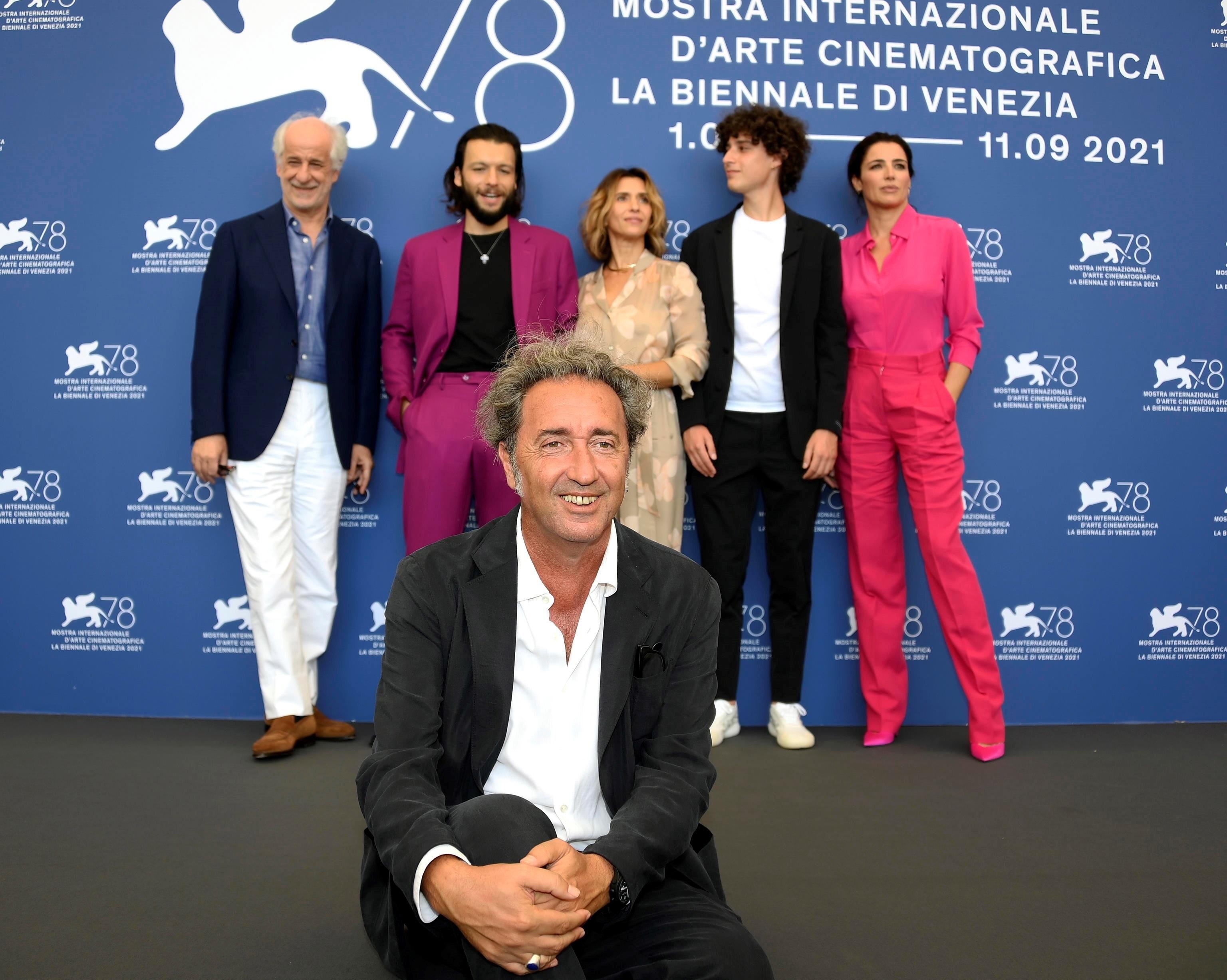 Paolo Sorrentino posa con el equipo de 'Fue la mano de Dios' en Venecia.