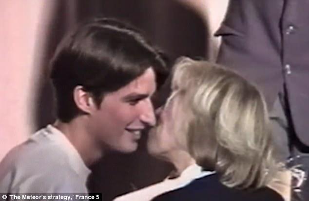 Emmanuel a los 16 años con Brigitte Trogneux, 40, en su etapa como alumno y profesora