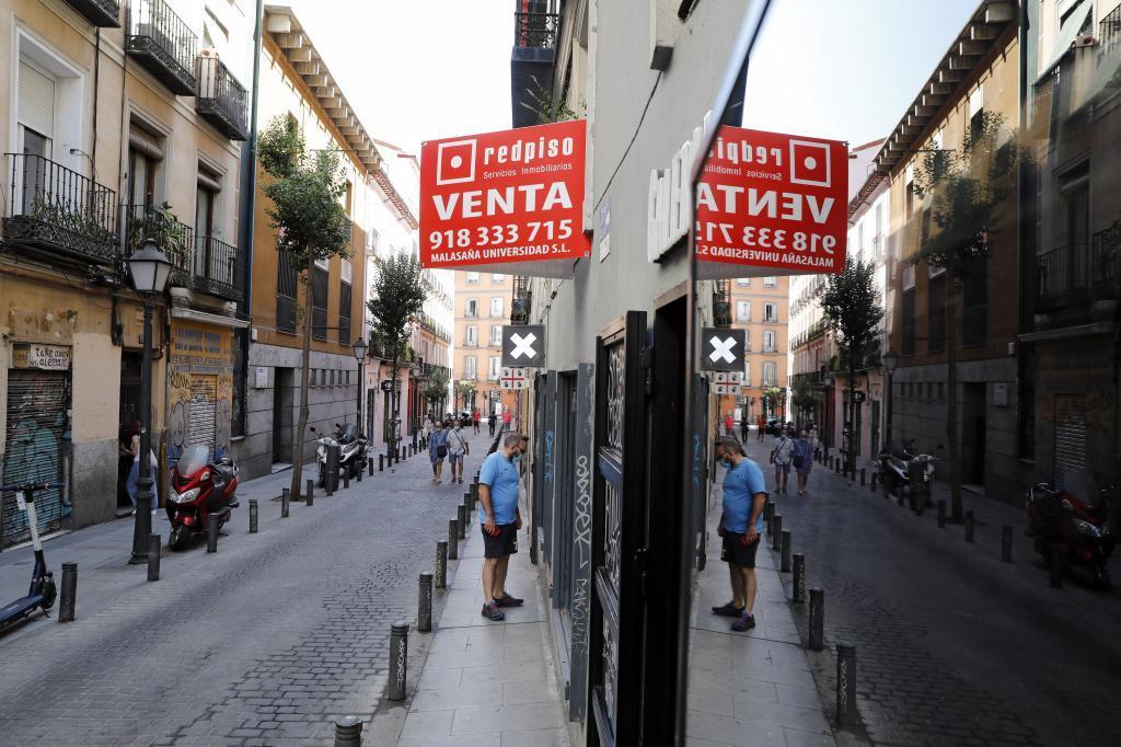 Cartel anunciando la venta de viviendas en Madrid.