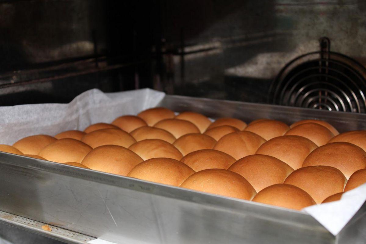 La lasaña se sirve con un pan tipo brioche que hacen en el comedor.