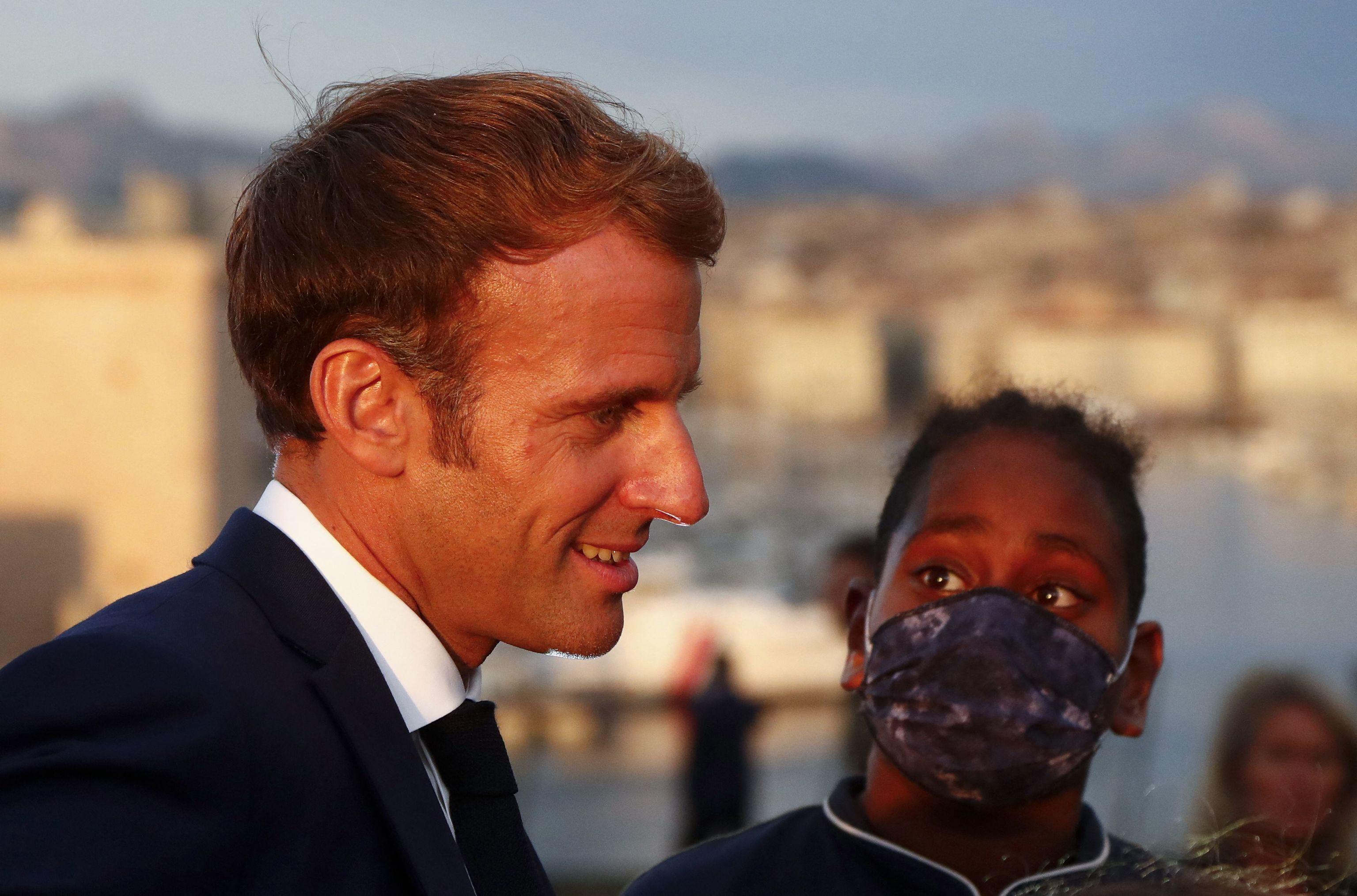 Un niño observa a Emmanuel Macron durante su visita a Marsella.