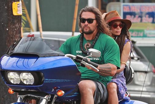 Lisa Bonet (53), en moto con su pareja, Jason Momoa (42).