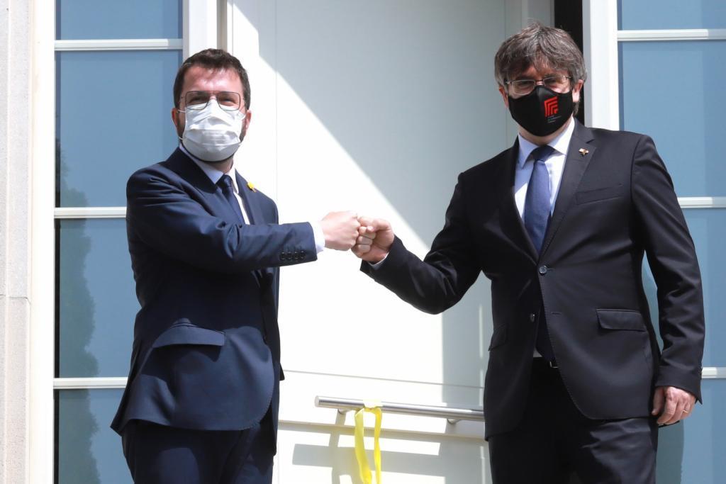 Pere Aragonès y Carles Puigdemont se saludan en la entrada de la residencia del ex president en Waterloo, Bélgica.