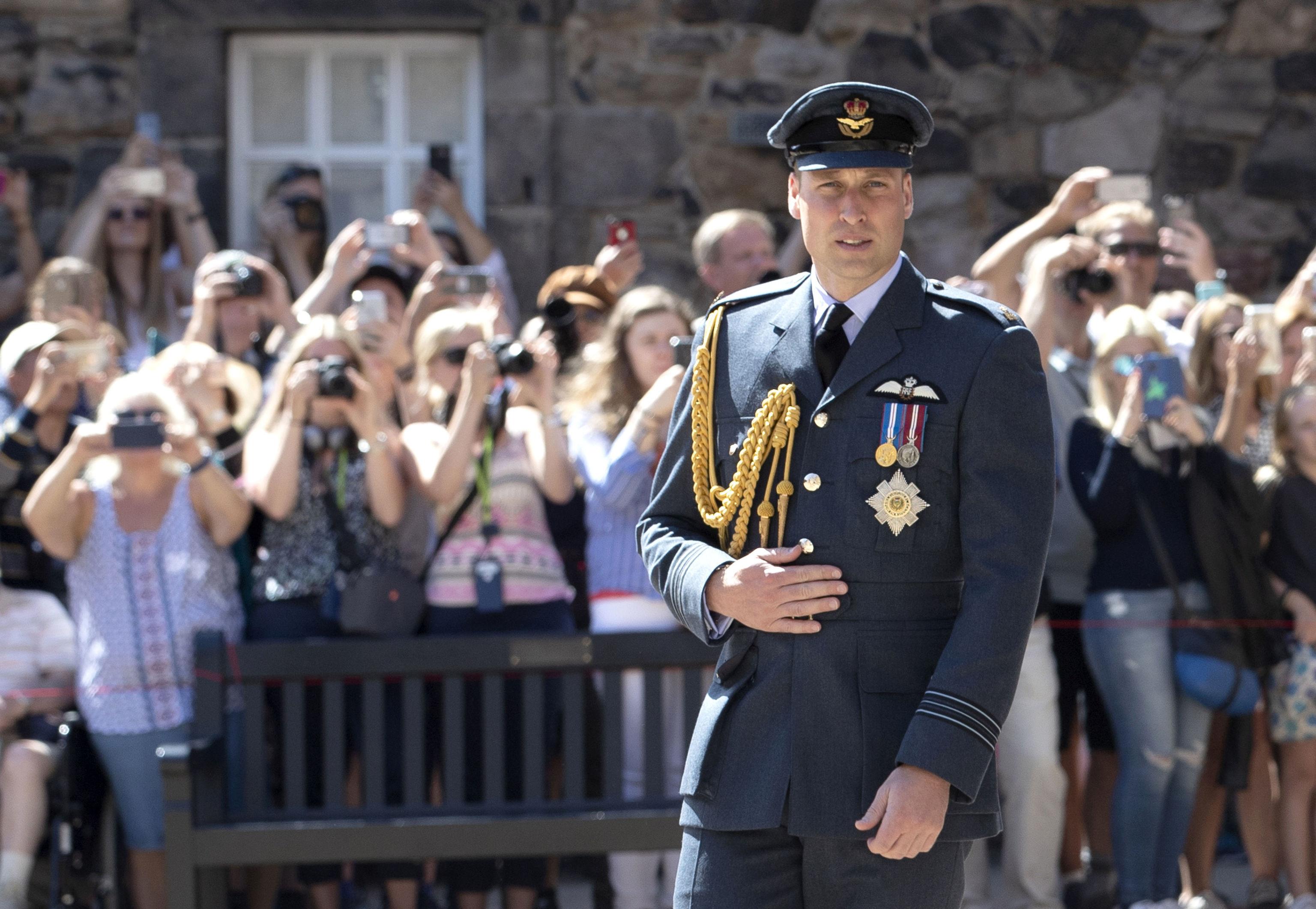 El príncipe Guillermo vestido de uniforme en el aniversario de la Guerra entre Inglaterra y Escocia.