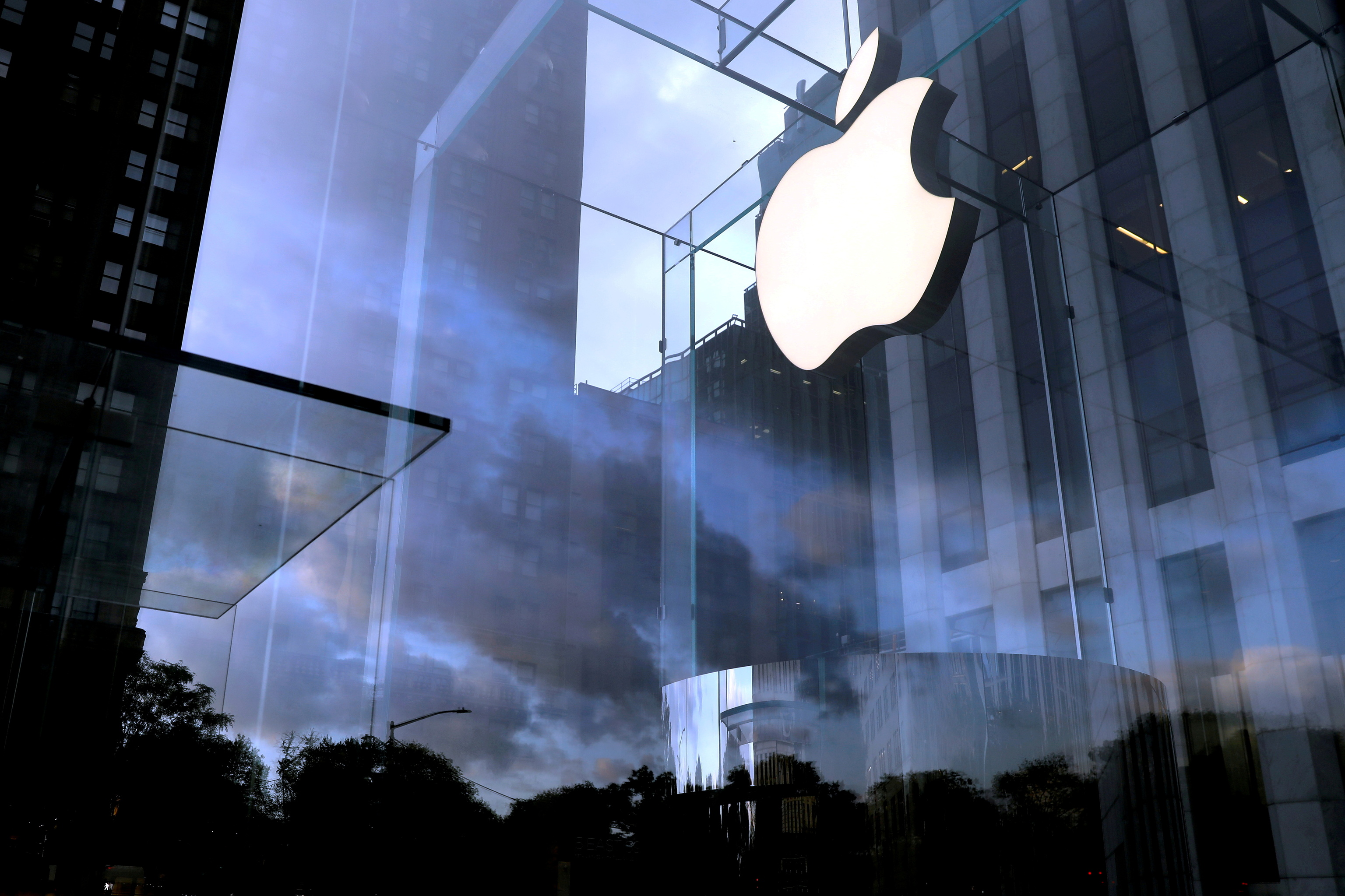 Logo de Apple en su tienda de la 5ª avenida de Nueva York.