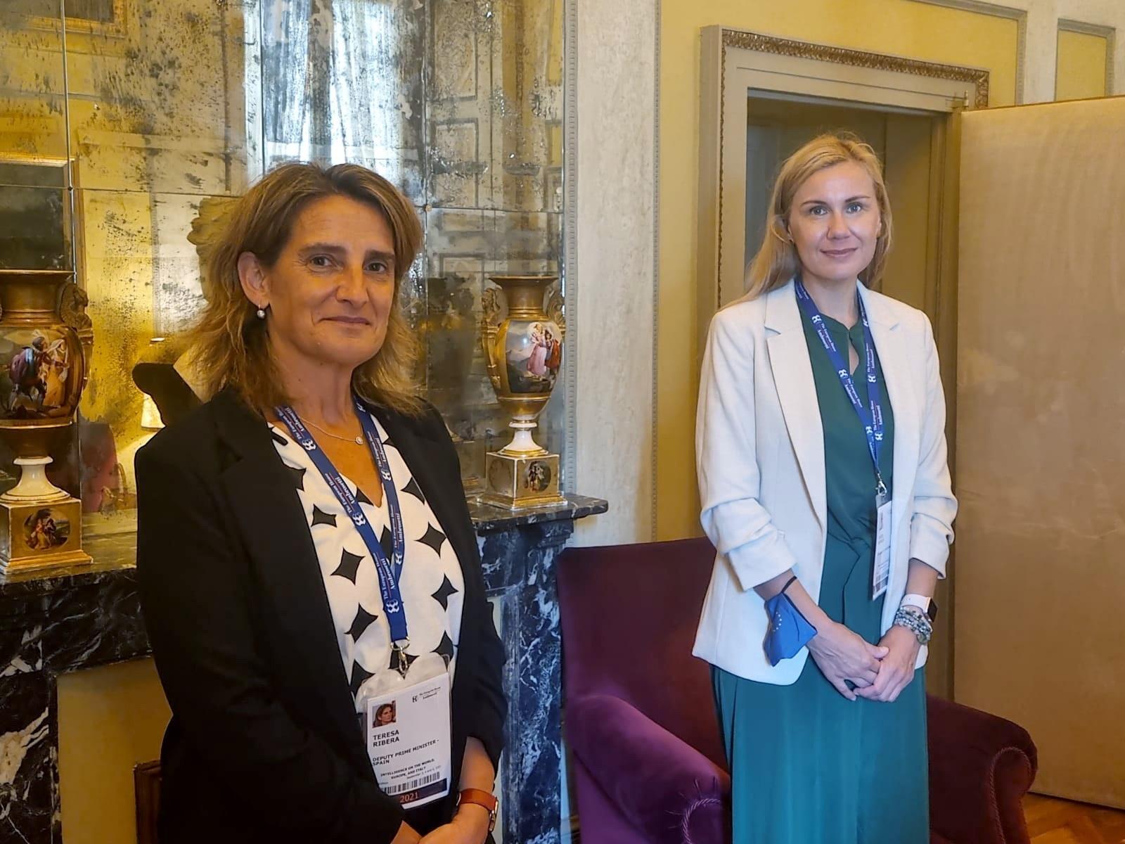 La vicepresidenta tercera, Teresa  Ribera, durante su reunión bilateral con la comisaria europea de Energía, Kadri Simson, celebrada este sábado en el norte de Italia.
