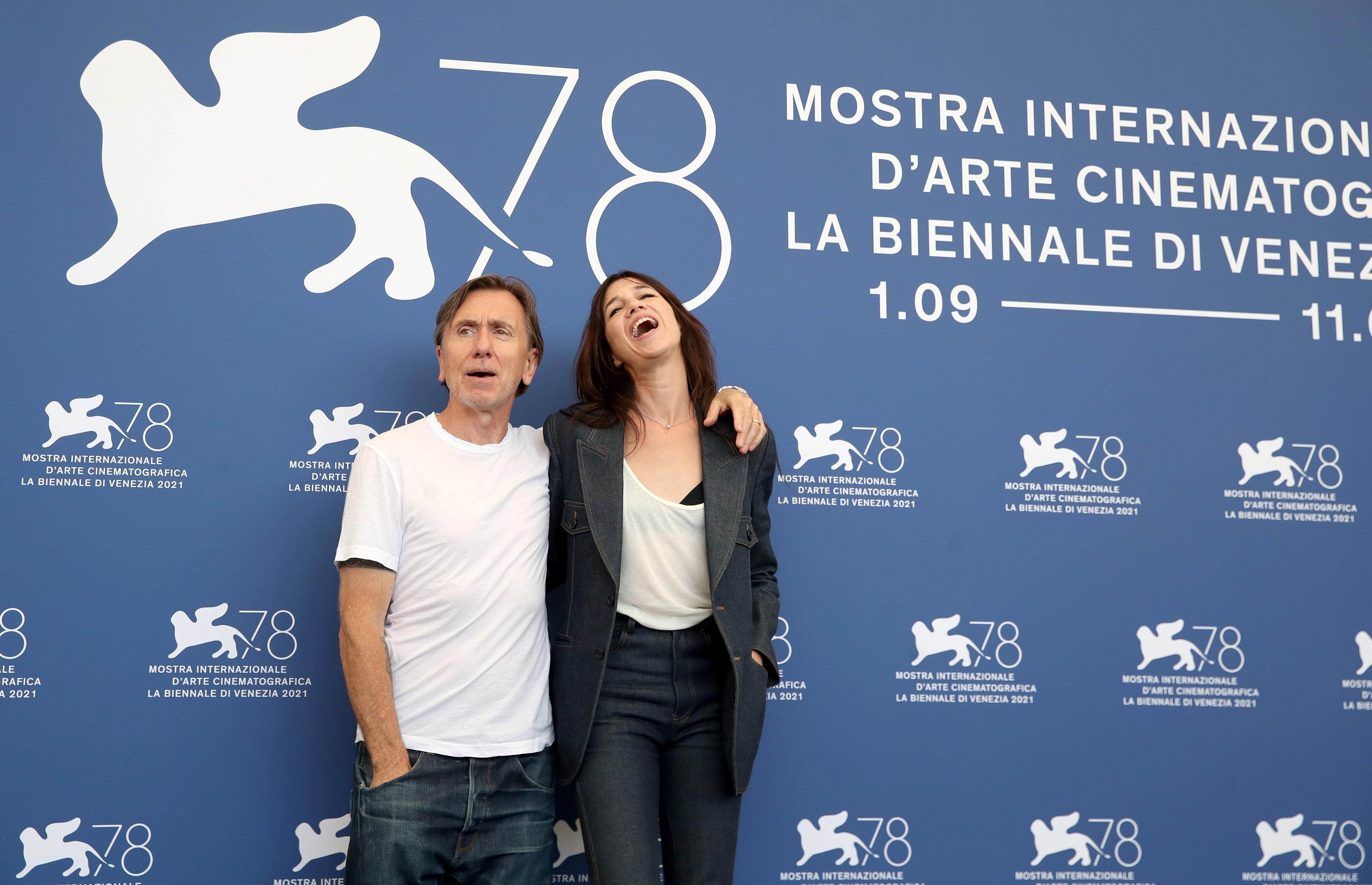 Tim Roth y Charlotte Gainsbourg, en Venecia.