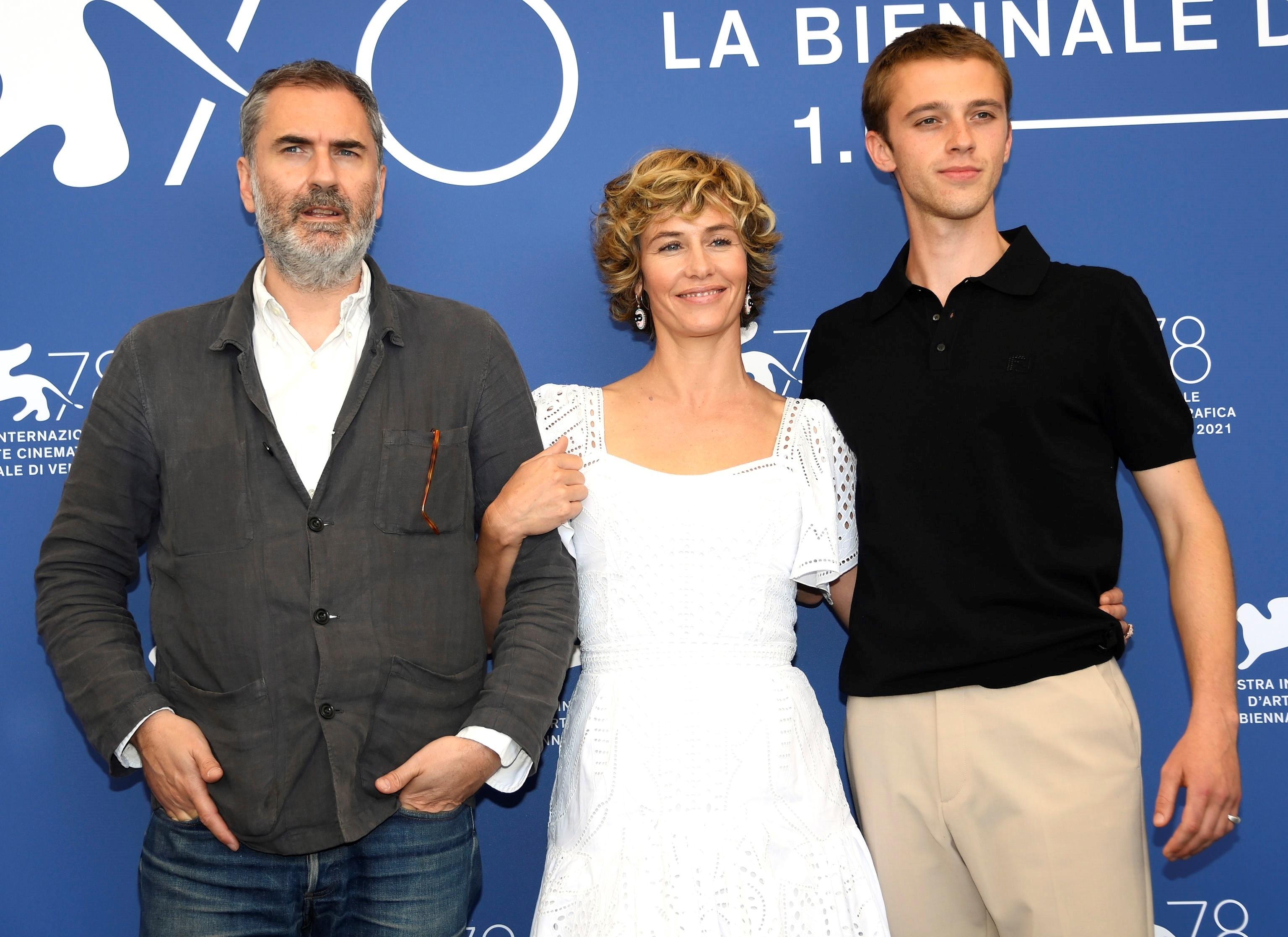 El director Xavier Giannoli, la actriz Cecile de France y el actor Benjamin Voisin en la presentación de 'ILusiones perdidas'.