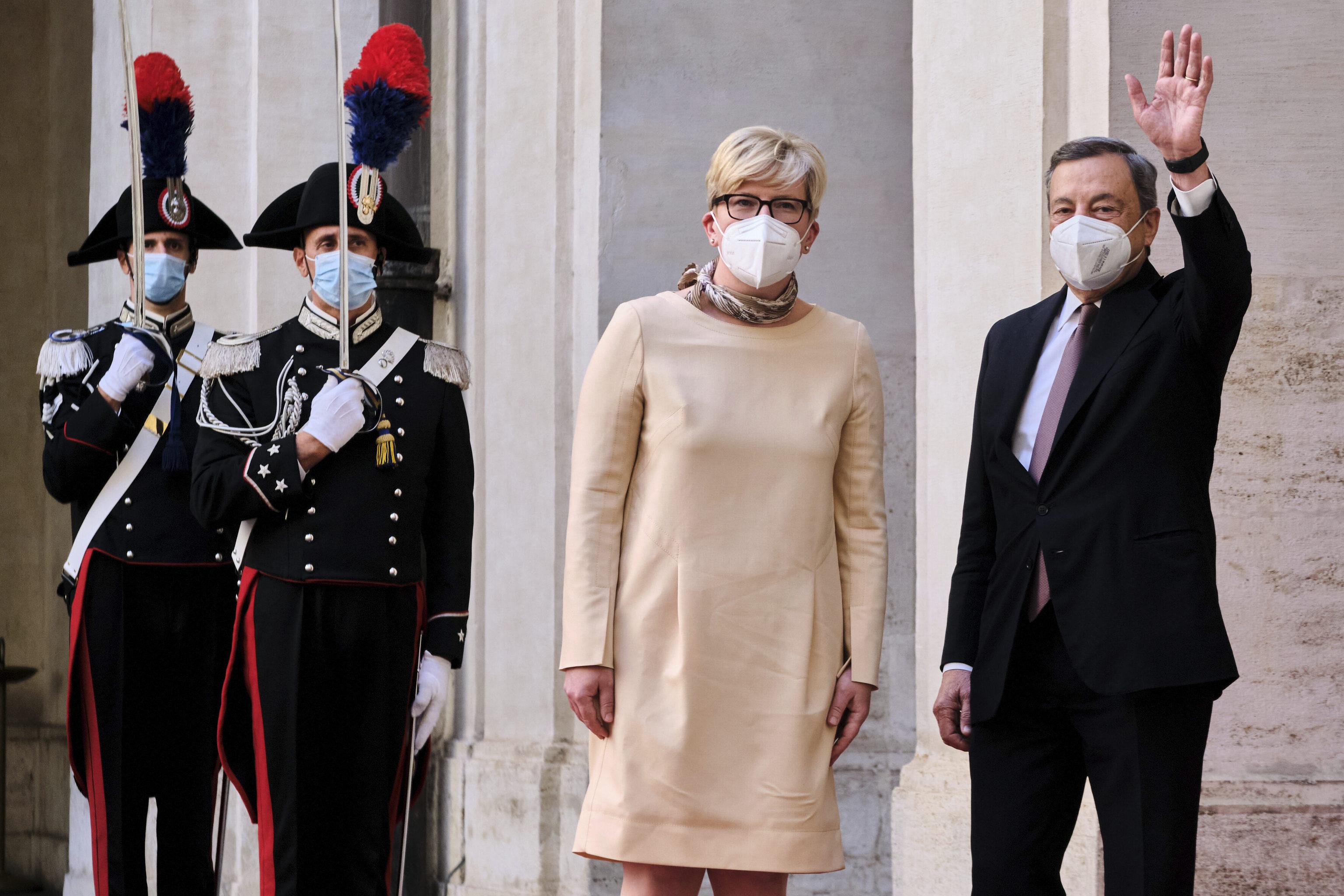 El primer ministro italiano, Mario Draghi, saluda antes de su reunión con Ingrida Simonyte, primera ministra de Lituania, este jueves en Roma.