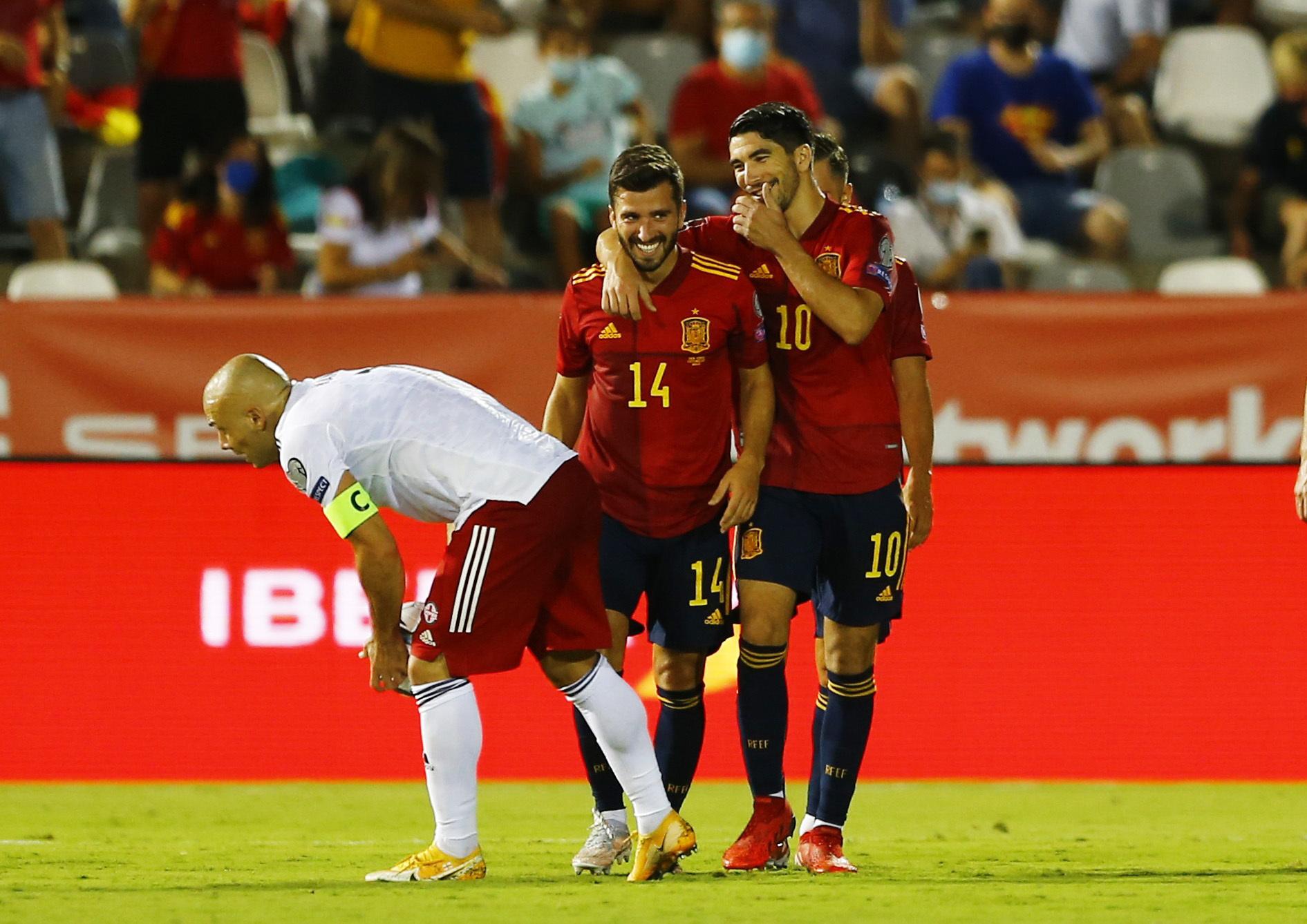 Soler y Gayà se abrazan tras el gol del centrocampista.