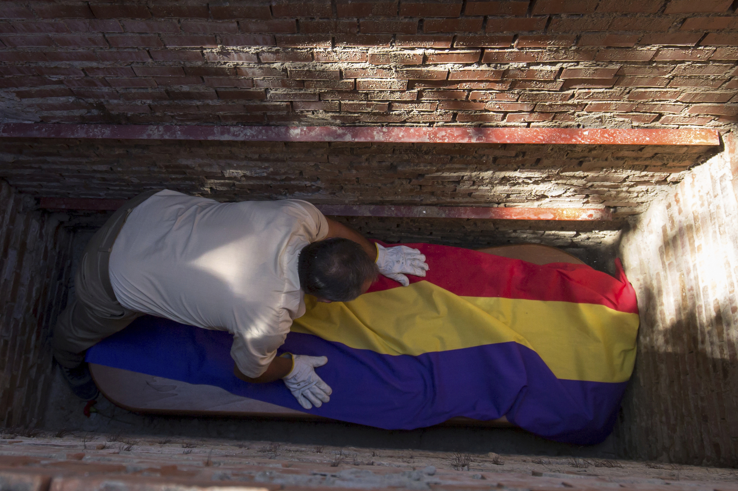 Un trabajador del cementerio de Guadalajara durante el entierro de Timoteo Mendieta, tras su exhumación.