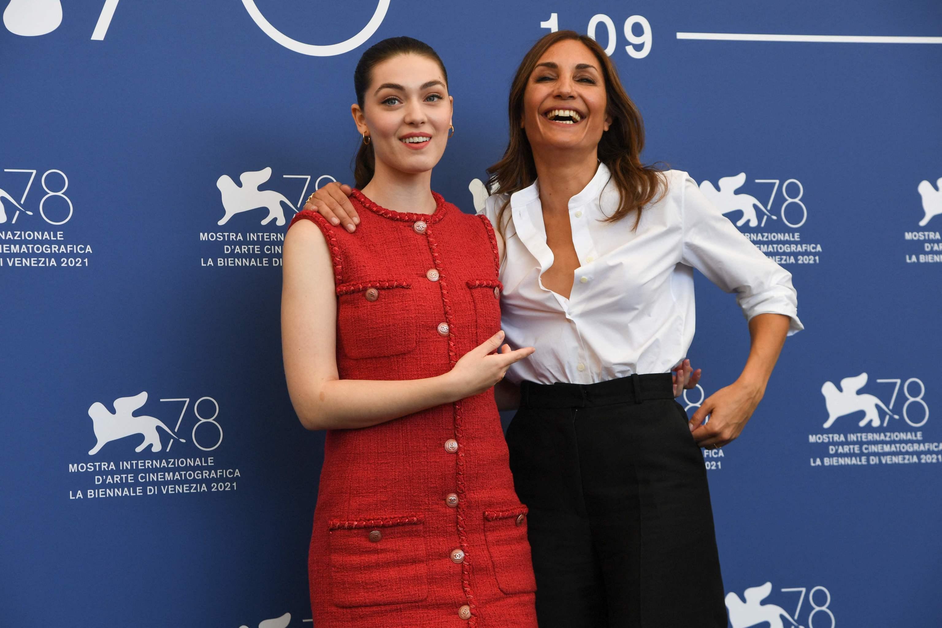 La actriz Anamaria Vartolomei y la directora Audrey Diwan en la presentación en Venecia de 'El acontecimiento'.