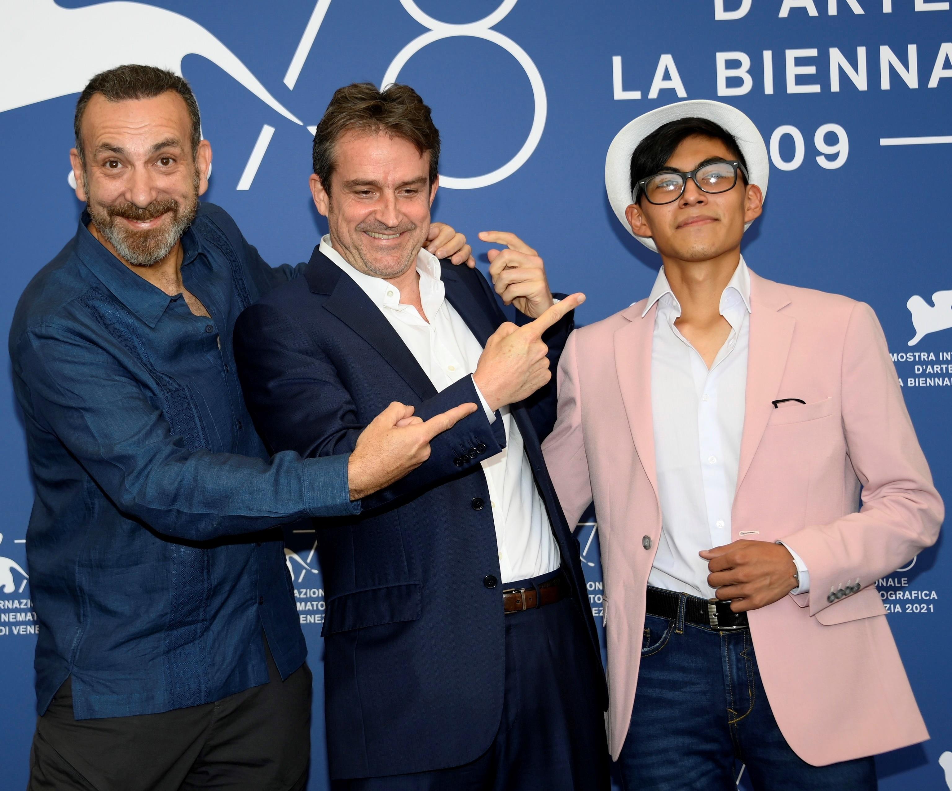 Lorenzo Vigas con los actores Hernan Mendoza y Hatzin Navarrete en la presentación de 'La caja' en Venecia.