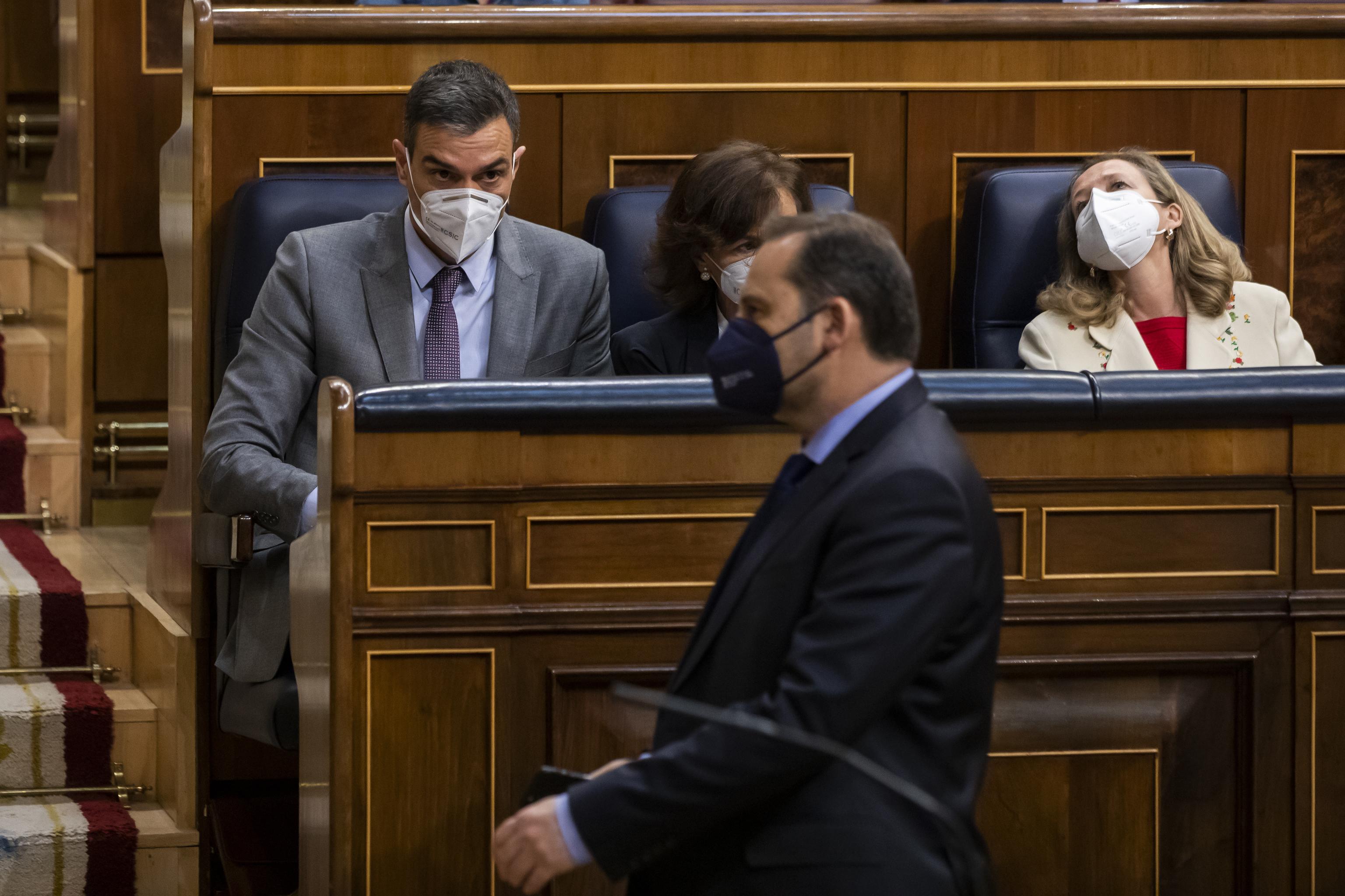 José Luis Ábalos en el Congreso de los Diputados, ante la mirada de Pedro Sánchez.
