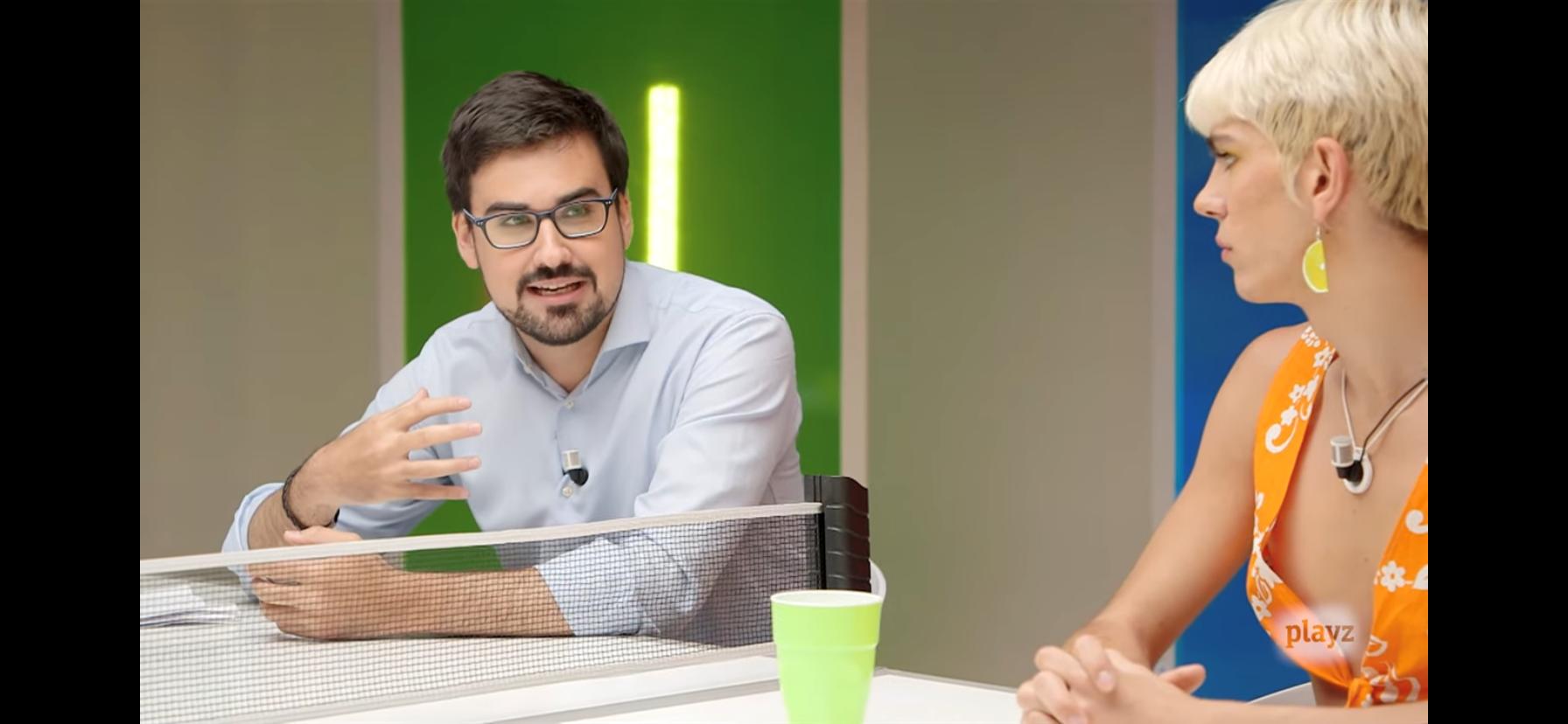 Guillermo del Valle, en un debate del canal juvenil Playz.
