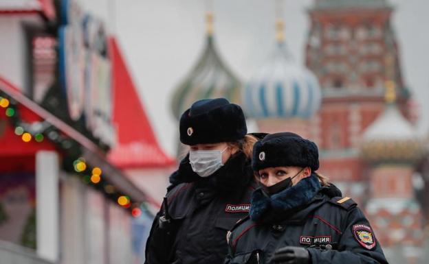 Dos agentes de la polícia en Moscú