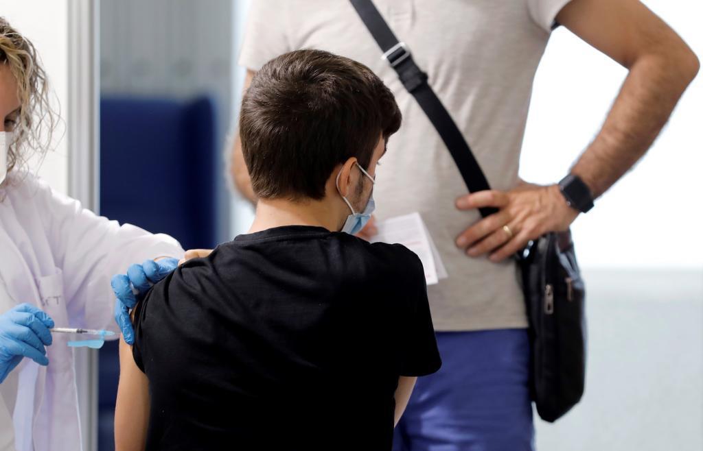 Un joven se vacuna contra el coronavirus