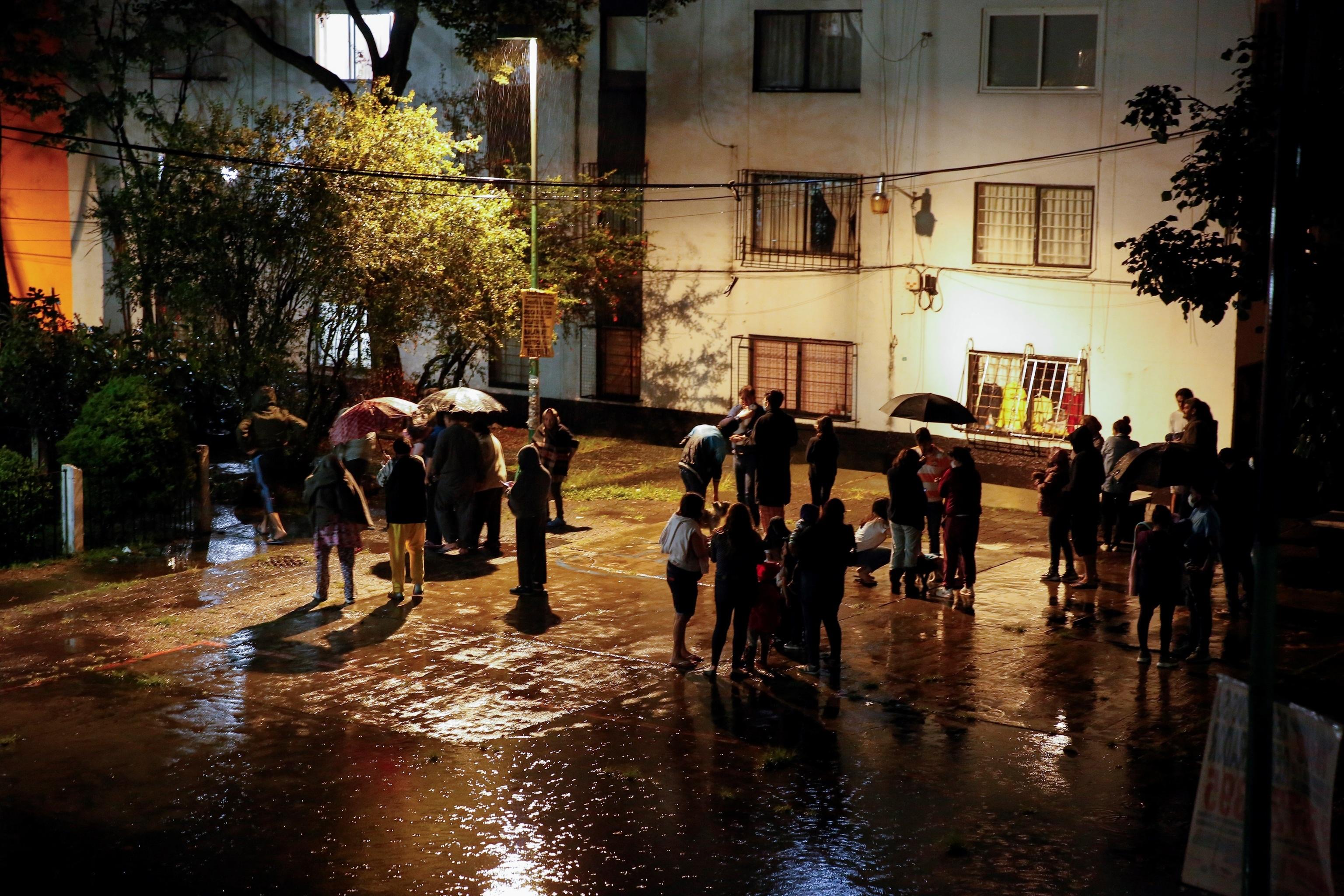 Residentes evacuan sus viviendas por precaución en Ciudad de México.