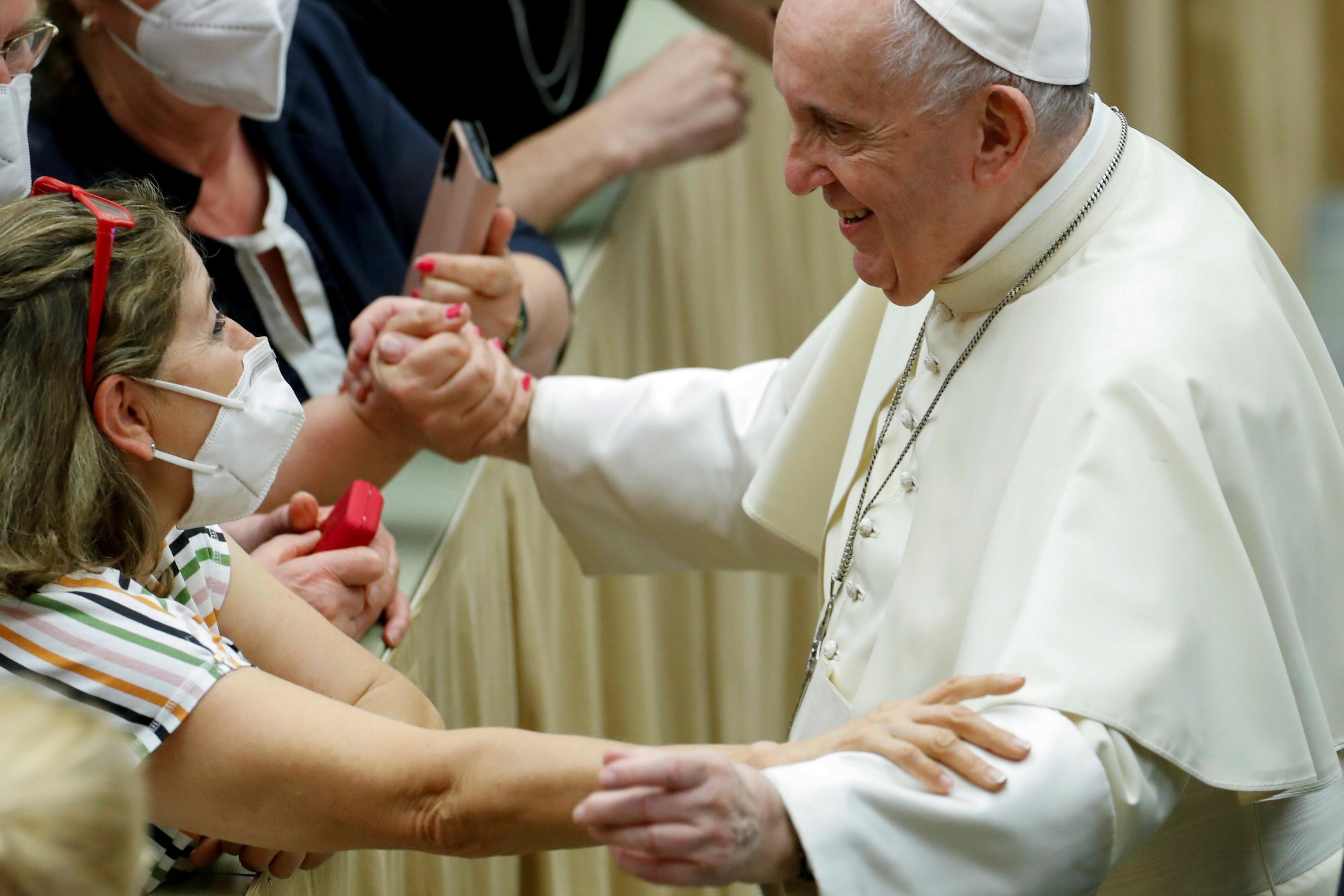 پاپ فرانسیس در پایان حضار عمومی هفتگی در کلاس درس پل ششم در واتیکان خوش آمد می گوید.