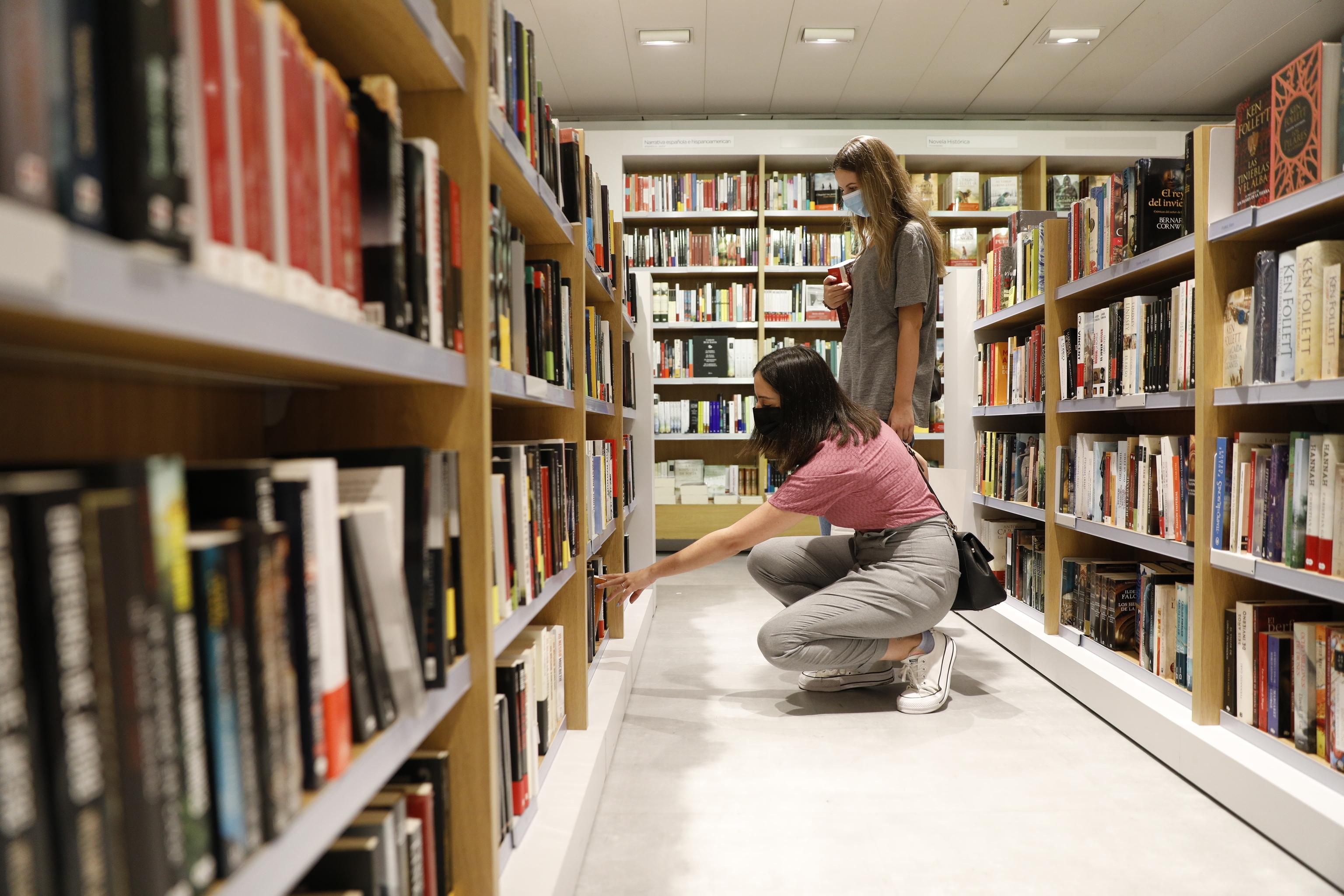 Dos clientas en una librería de Madrid.