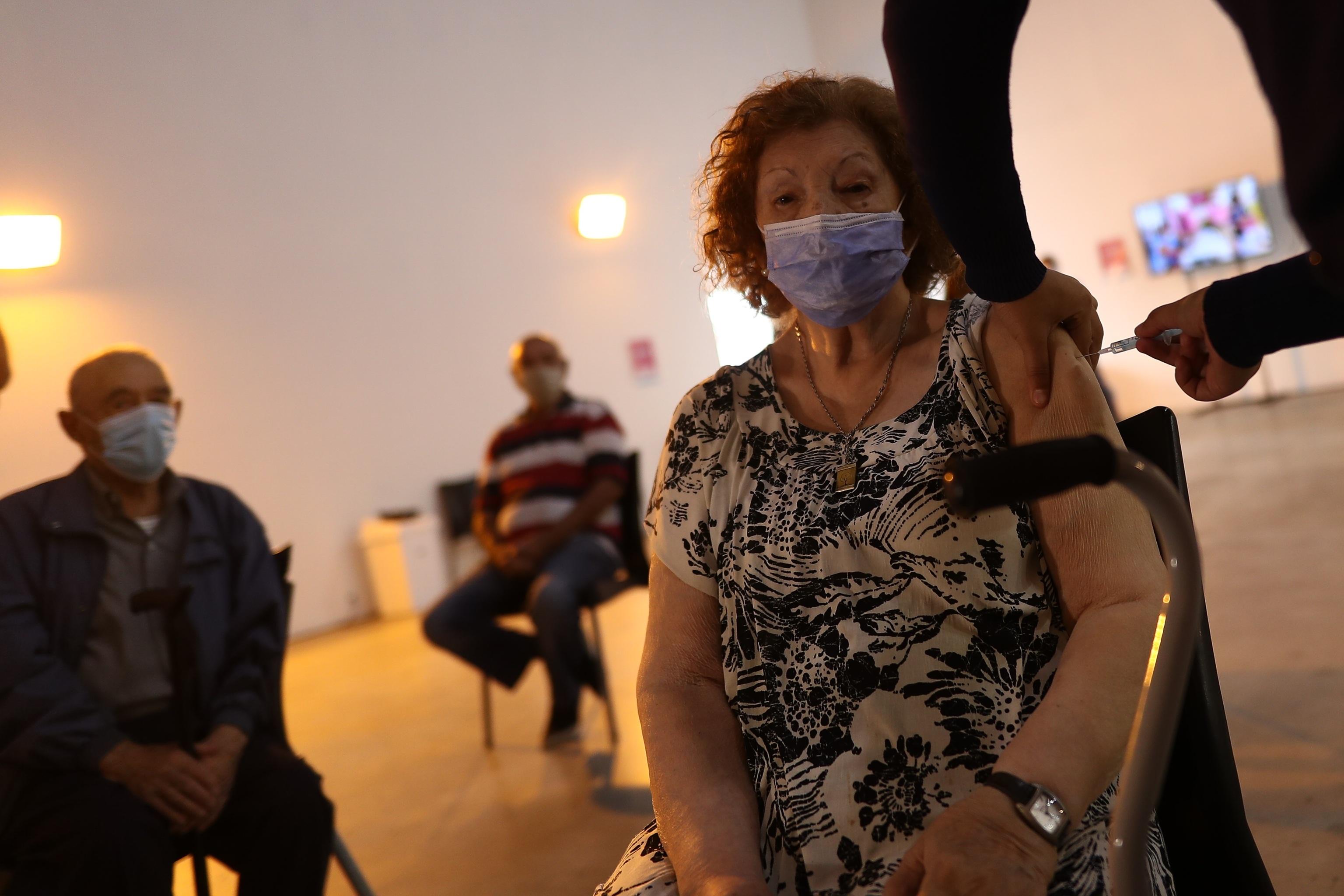 Una mujer mientras recibe una dosis de la vacuna contra el covid en Buenos Aires (Argentina).