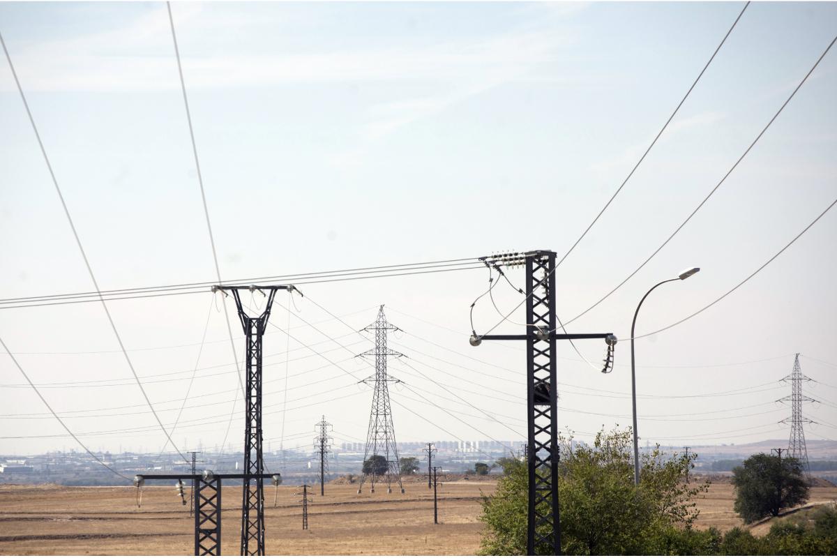 Torres de alta tension y tendidos electricos en el Ensanche de Vallecas.