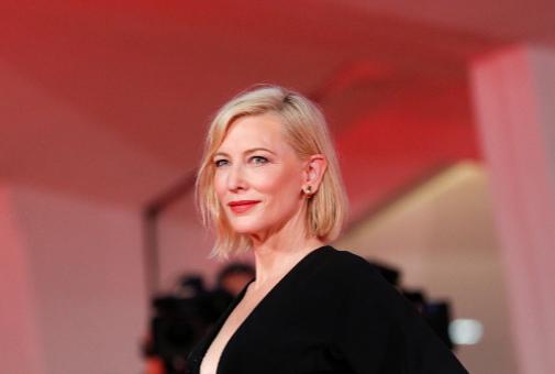 Cate Blanchett (52) añade un tono cereza a sus labios.