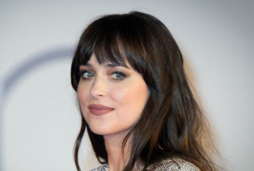 Dakota Johnson (31) con un ahumado de ojos suave.