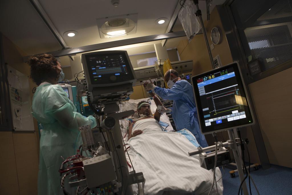 Ejereicios de fisioterapia con un paciente en el Hospital Vall de Hebron