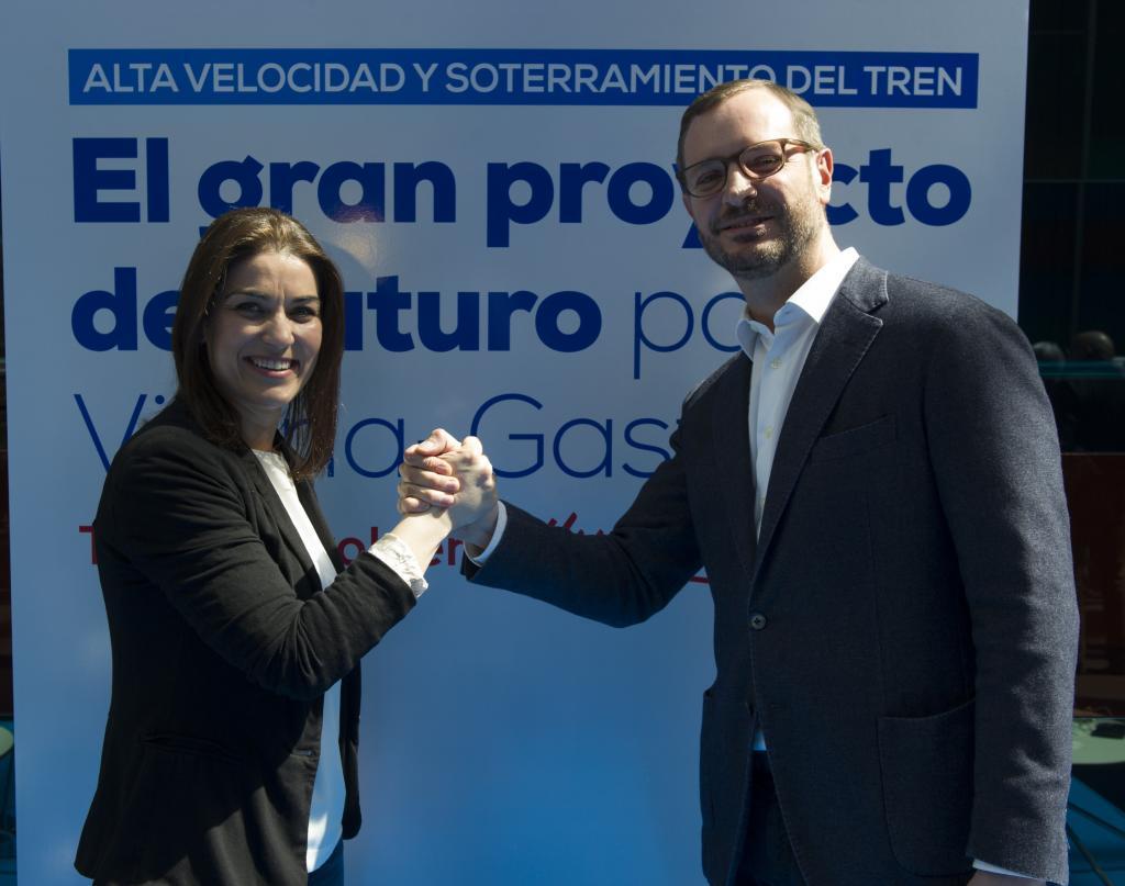 Leticia Comerón y Javier Maroto posan juntos en una jornada del PP de Vitoria sobre el Tren de Alta Velocidad.
