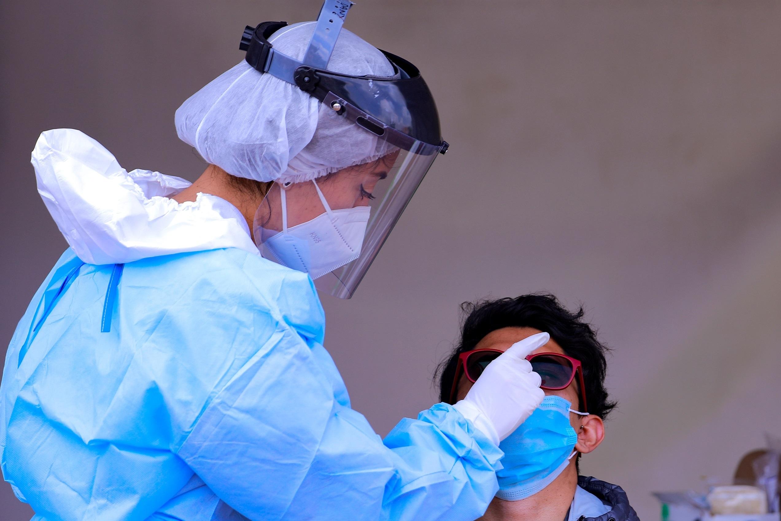Una sanitaria realiza una prueba de coronavirus.