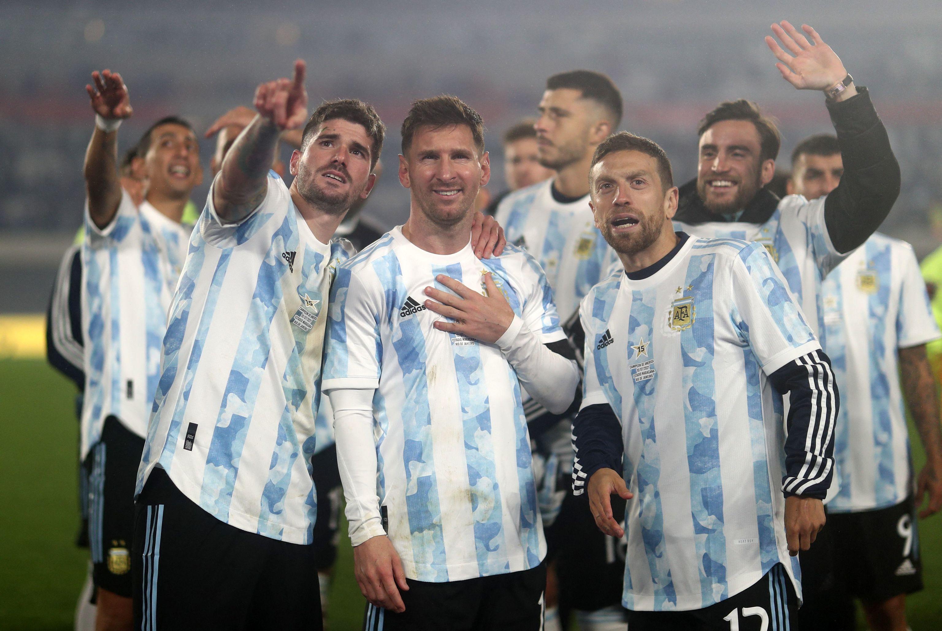 Messi, junto a De Paul y Alejandro Gomez, tras el partido contra Bolivia.
