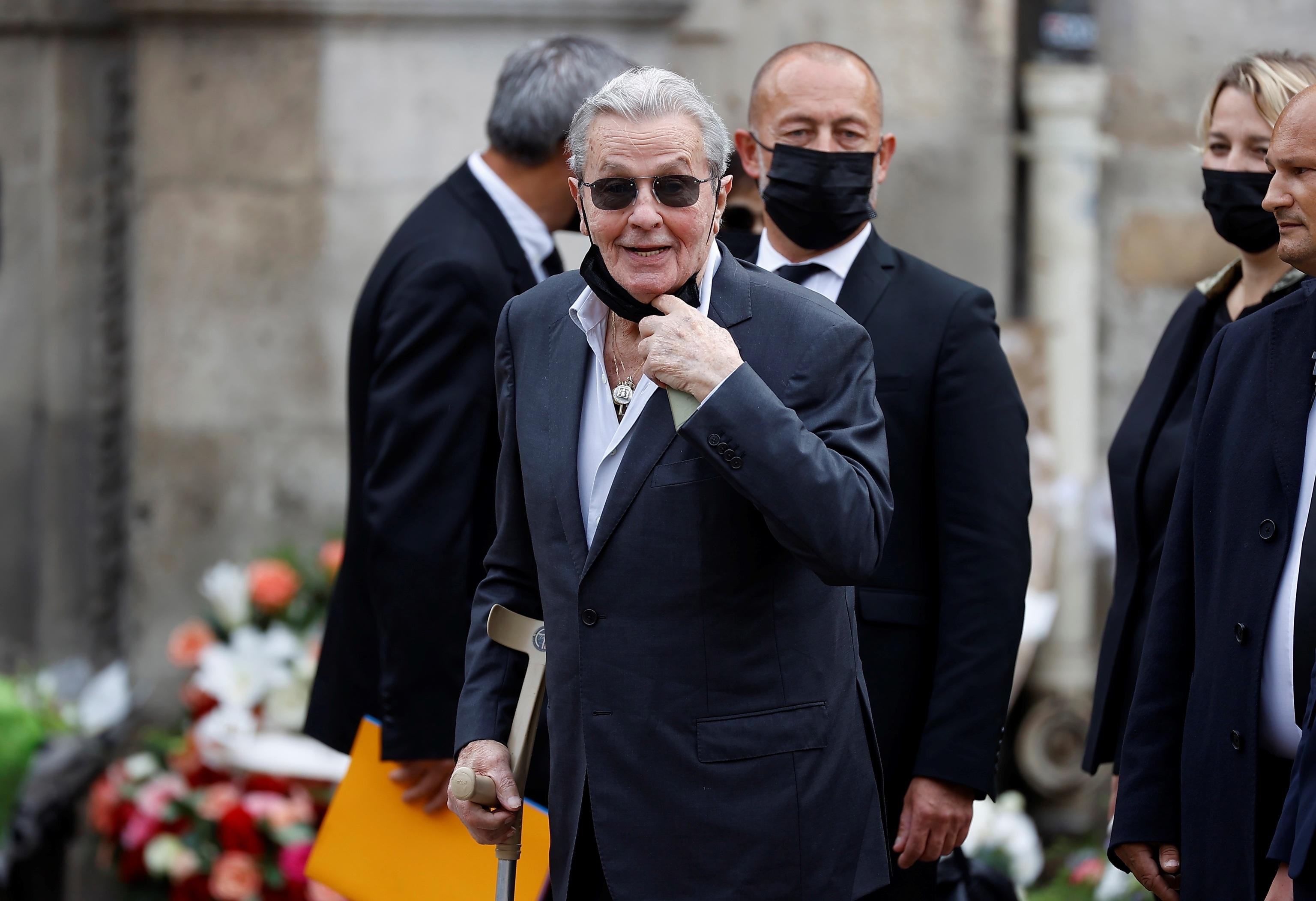 Alain Delon asiste al funeral de Jean-Paul Belmondo para despedirse de su némesis | Cine