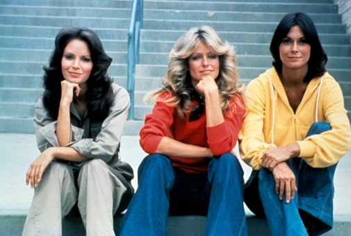 Farrah Fawcett, el ángel de Charlie rubio, entre las dos coprotagonistas morenas, en los años 70.