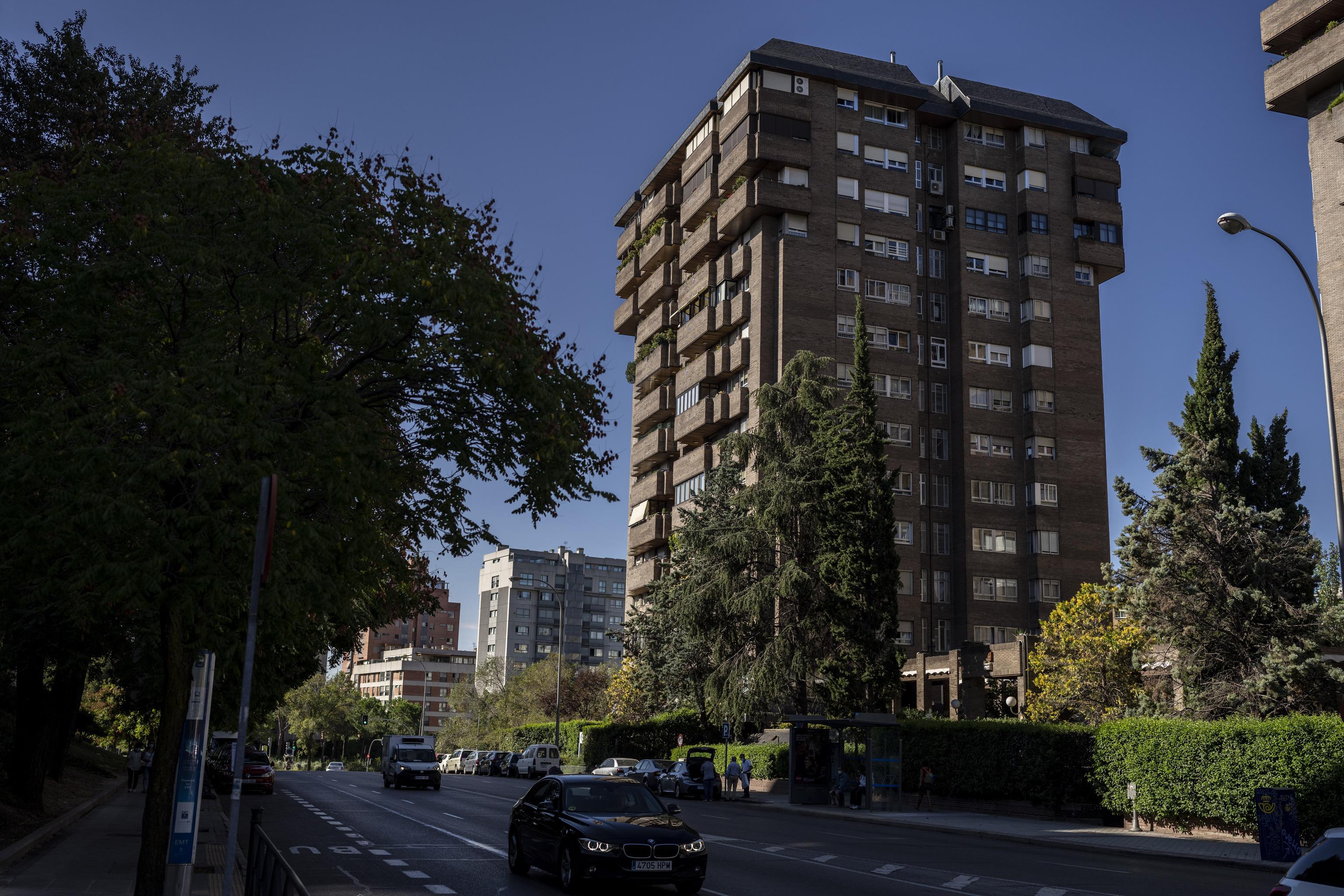 El edificio de la calle Torrelaguna de Madrid donde fue detenido Hugo 'El Pollo' Carvajal.