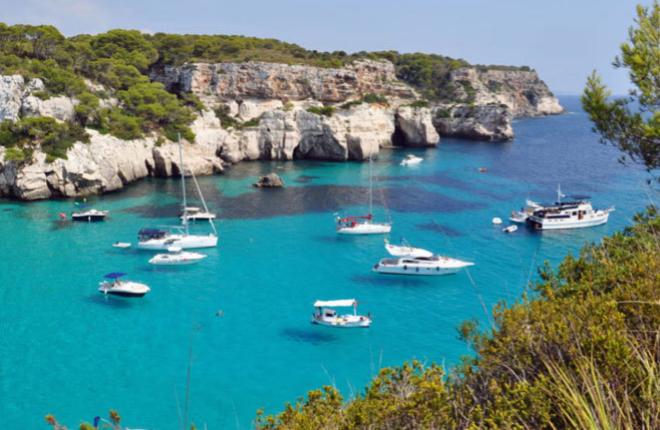 Fondeando en Cala Macarella. en Menorca.