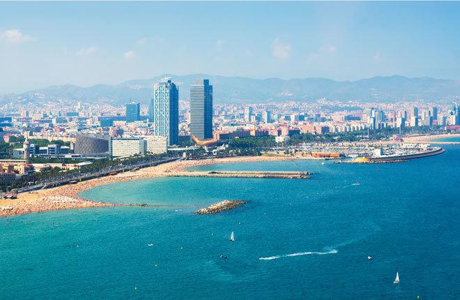 Panorámica de la ciudad de Barcelona desde el mar.