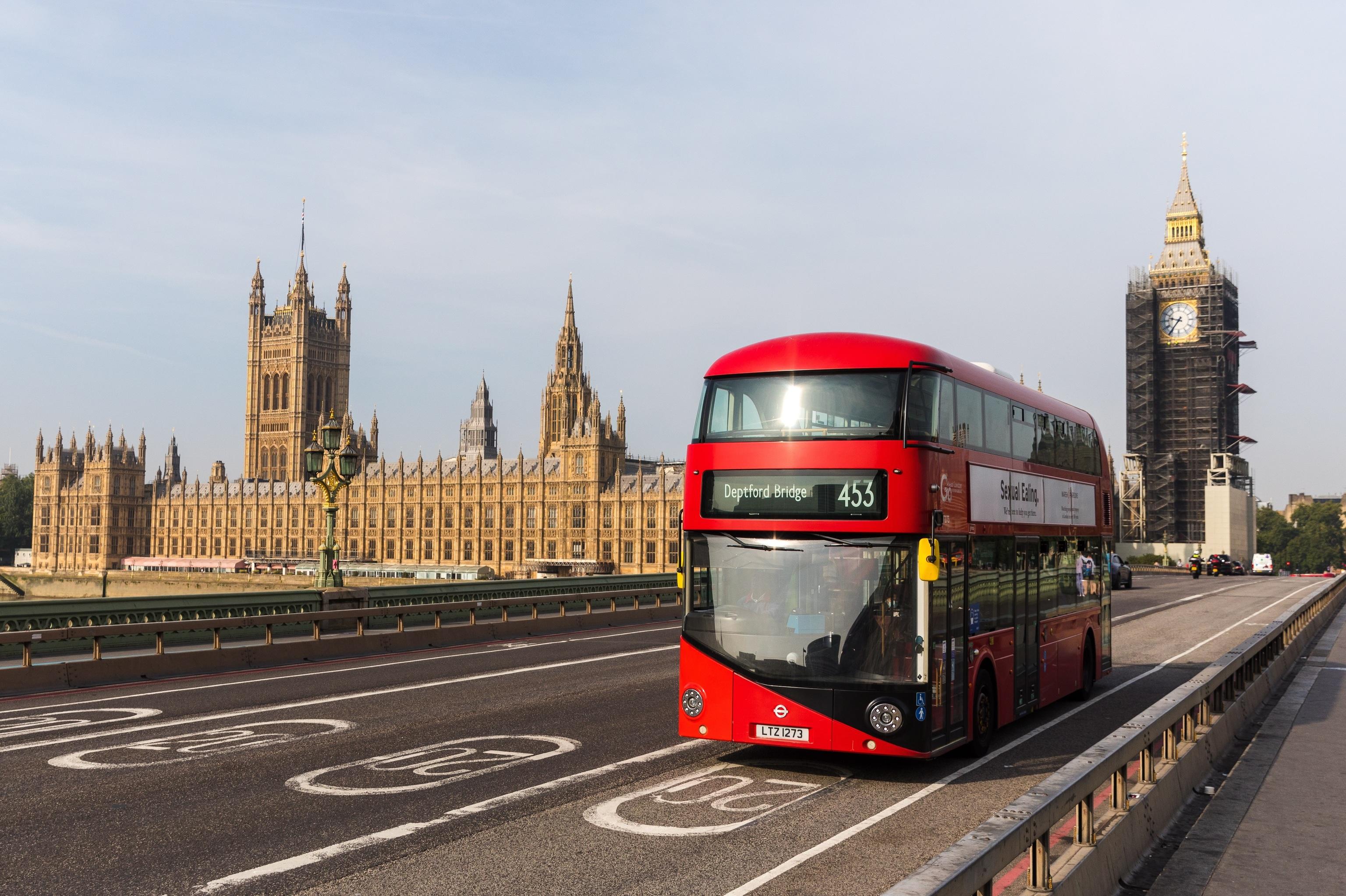 Un autobús cruza el puente de Westminster, en Londres.