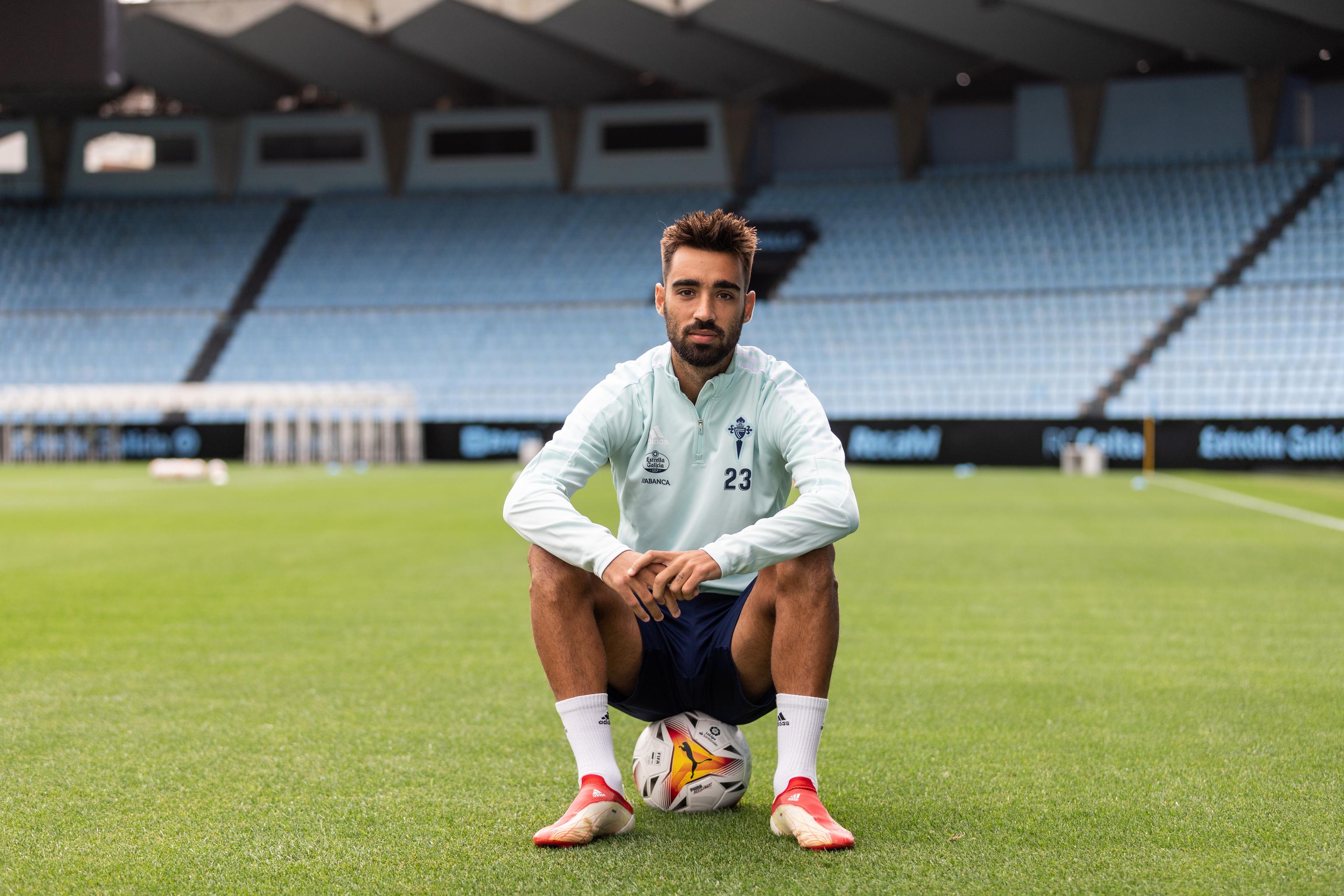 Brais Méndez posa tras un entrenamiento del Celta.