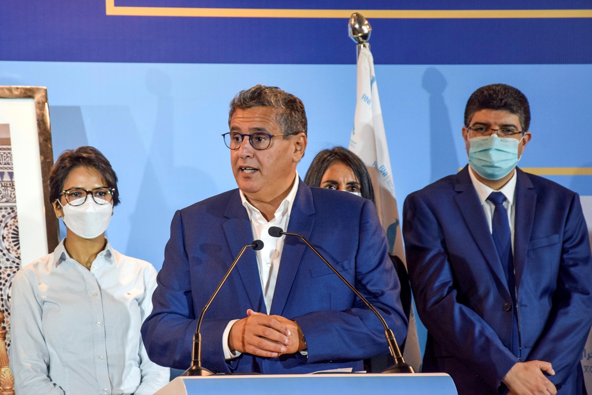 Aziz AKhanuch (c), en una rueda de prensa tras las elecciones.