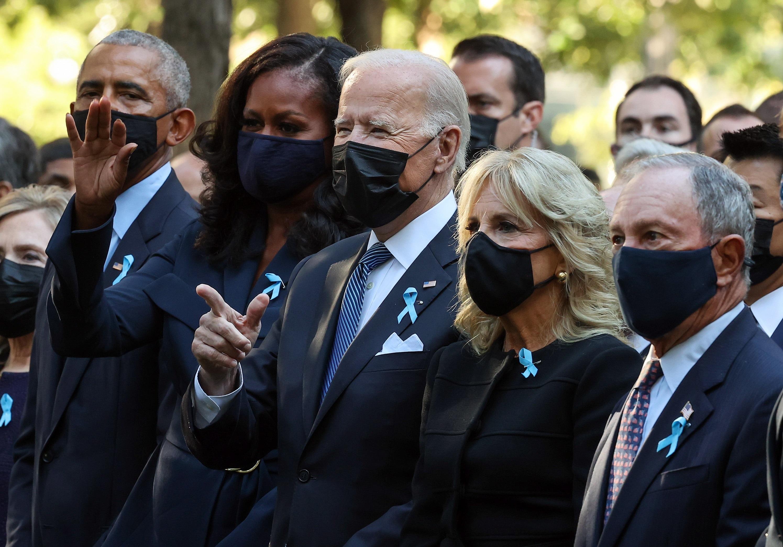 El presidente, Joe Biden, durante el acto, acompañado de Barack Obama.