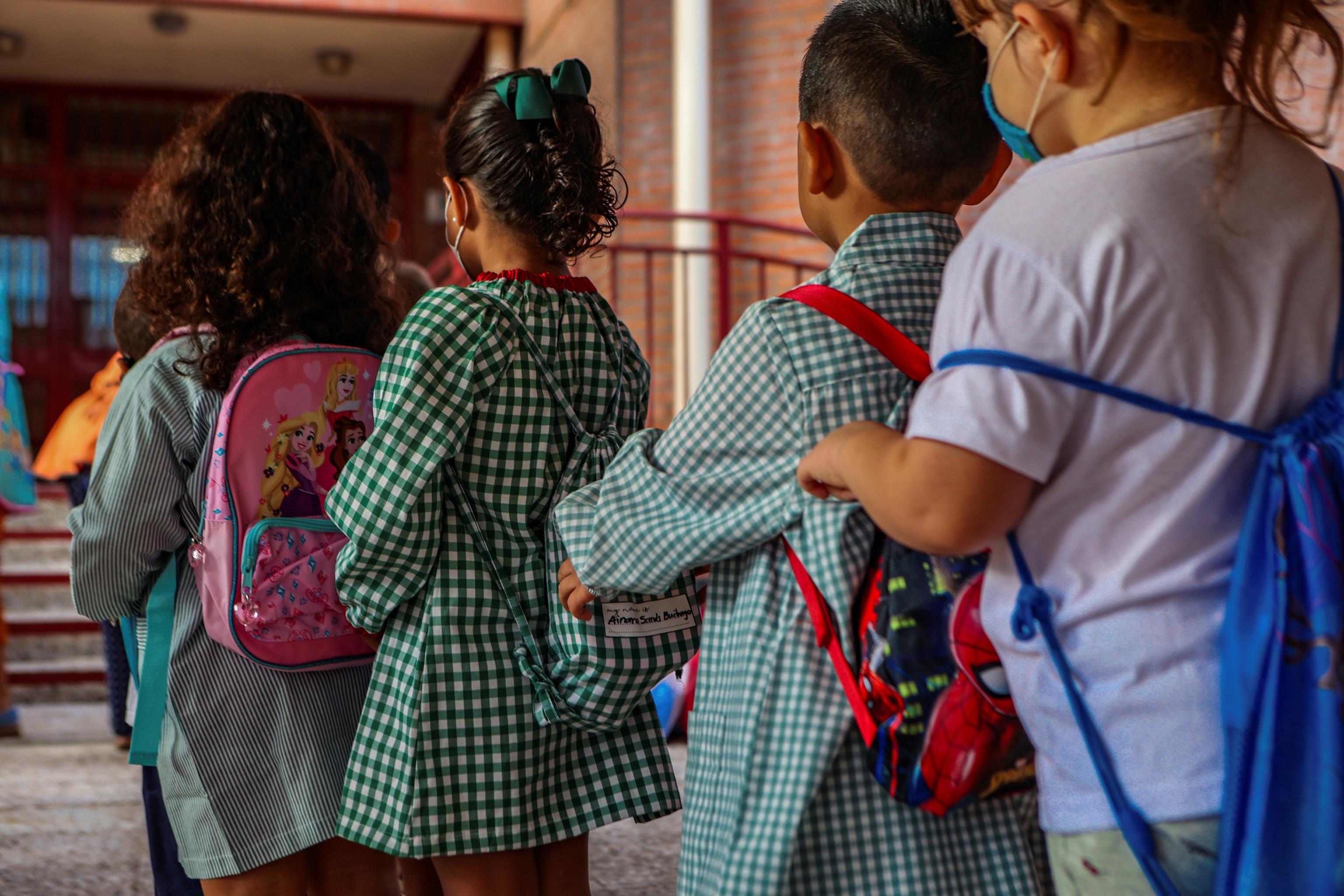 Alumnos volviendo a las clases el jueves en un colegio de Toledo.