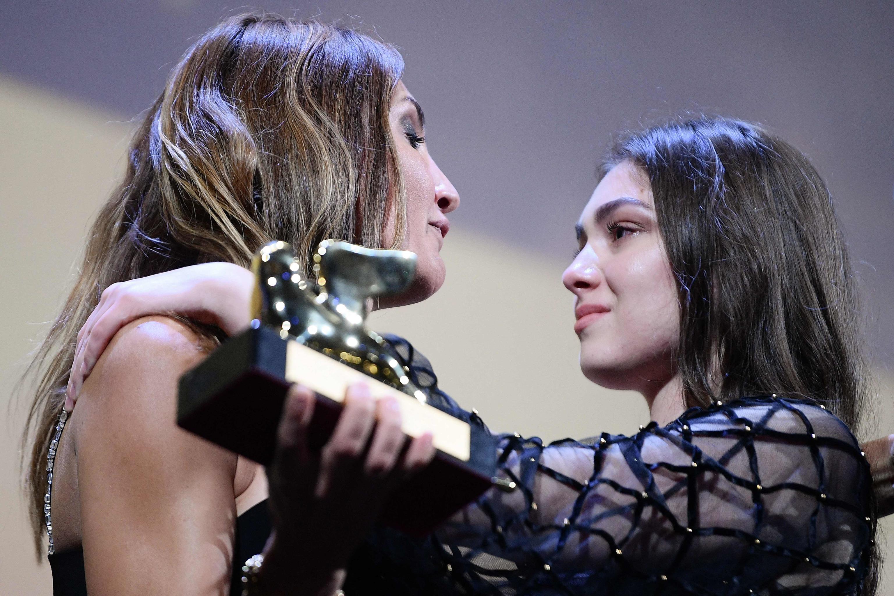 La directora Audrey Diwan abraza a la actriz Anamaria Vartolomei tras ganar el Lón de Oro por 'El acontecimiento'.