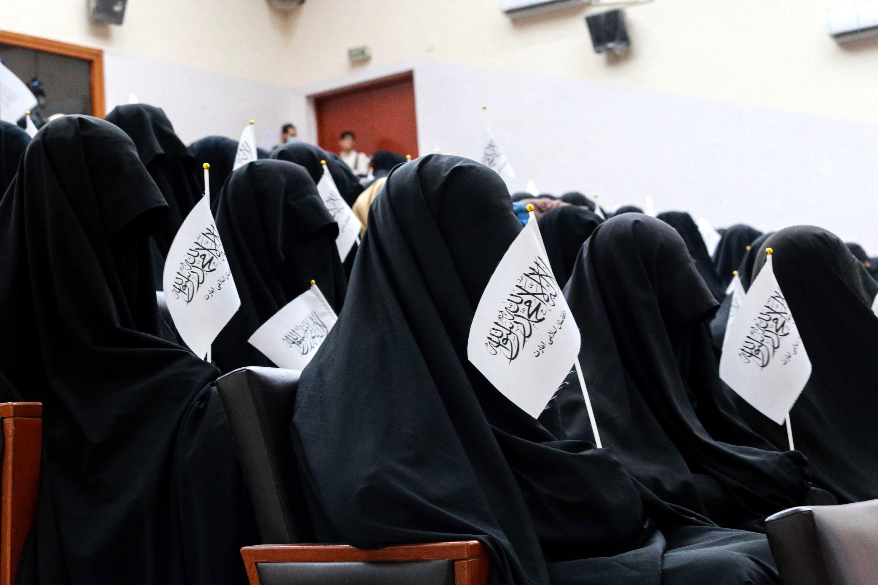 دانشجویان افغان قبل از گردهم آمدن به سخنرانان گوش می دهند