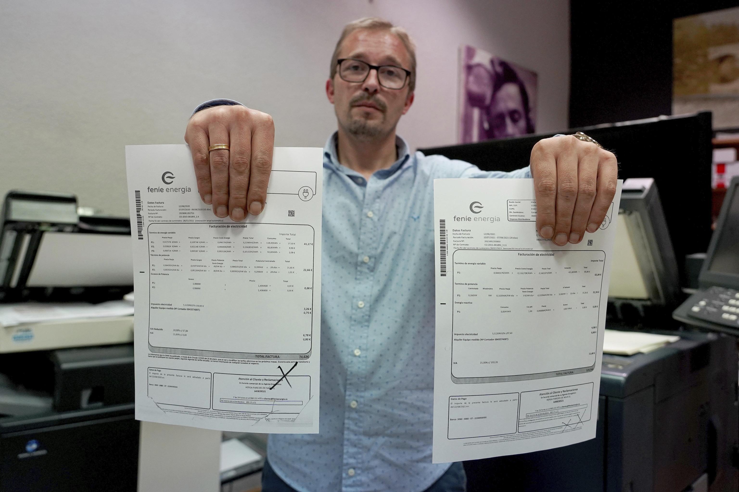 David Peña muestra las facturas de su papelería en Palencia.